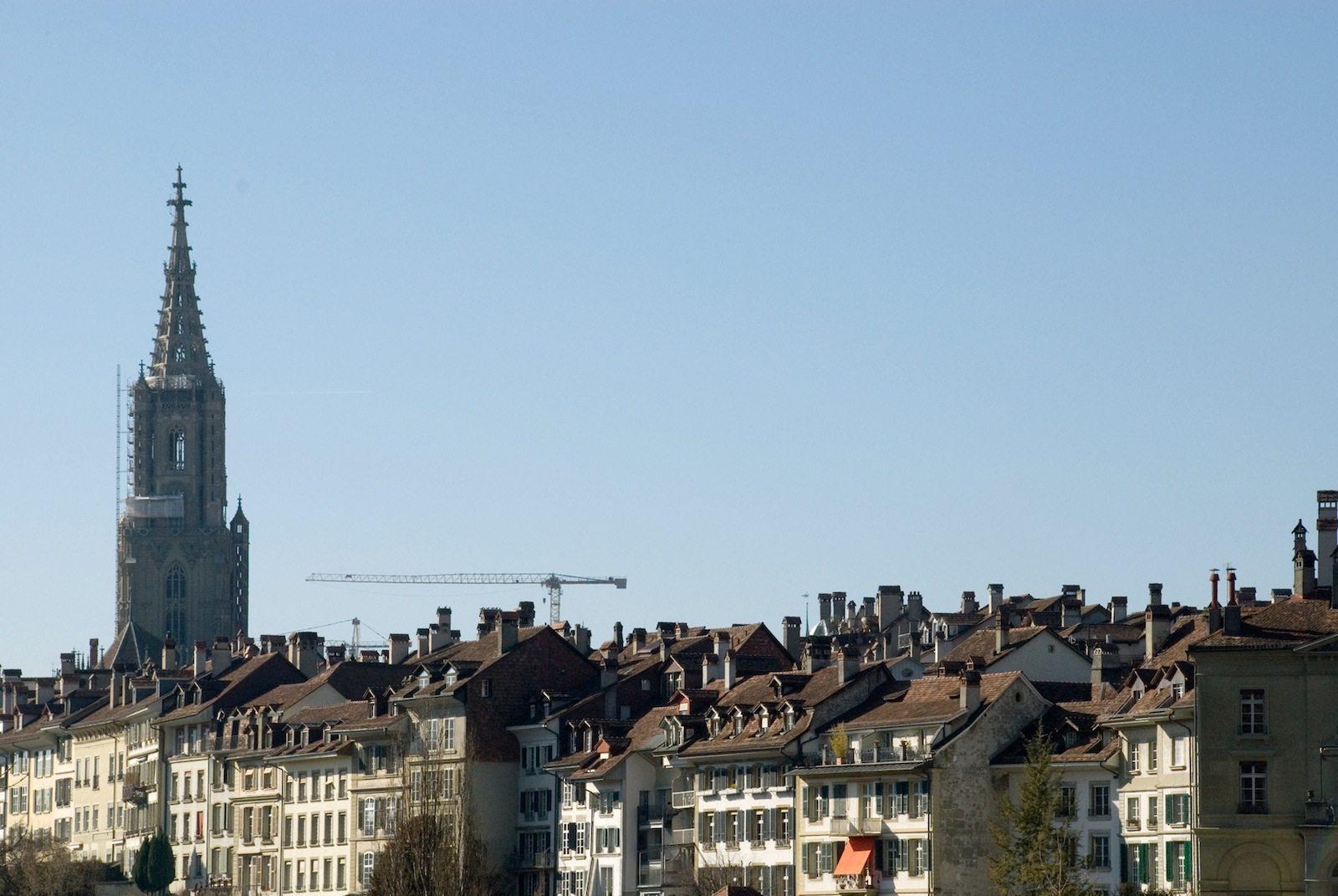 Aufstrebend. Der hochaufragende Turm des spätgotischen Münsters. Charakterisch: die dreischiffige Basilika mit dem hohen Gewölbe und dem Strebewerk.