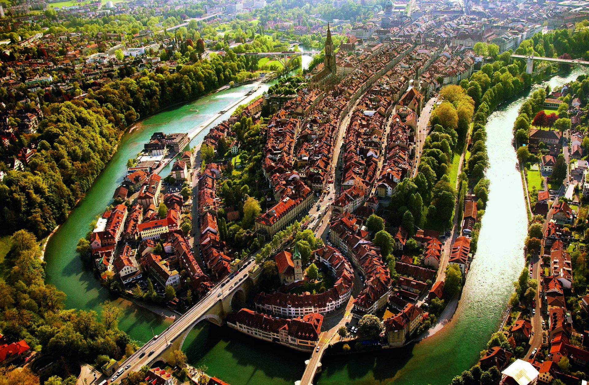 Pittoresk. Hauptstadt der Schweiz mit dem Welterbe Altstadt und der Aareschlaufe. Die Aare ist ein schneller Fluss. Das Tempo macht den Fluss lebendig und unruhig und gibt ihm den charakteristischen Sound: ein komplexes Plätschern und Gluckern – das Aarerauschen.