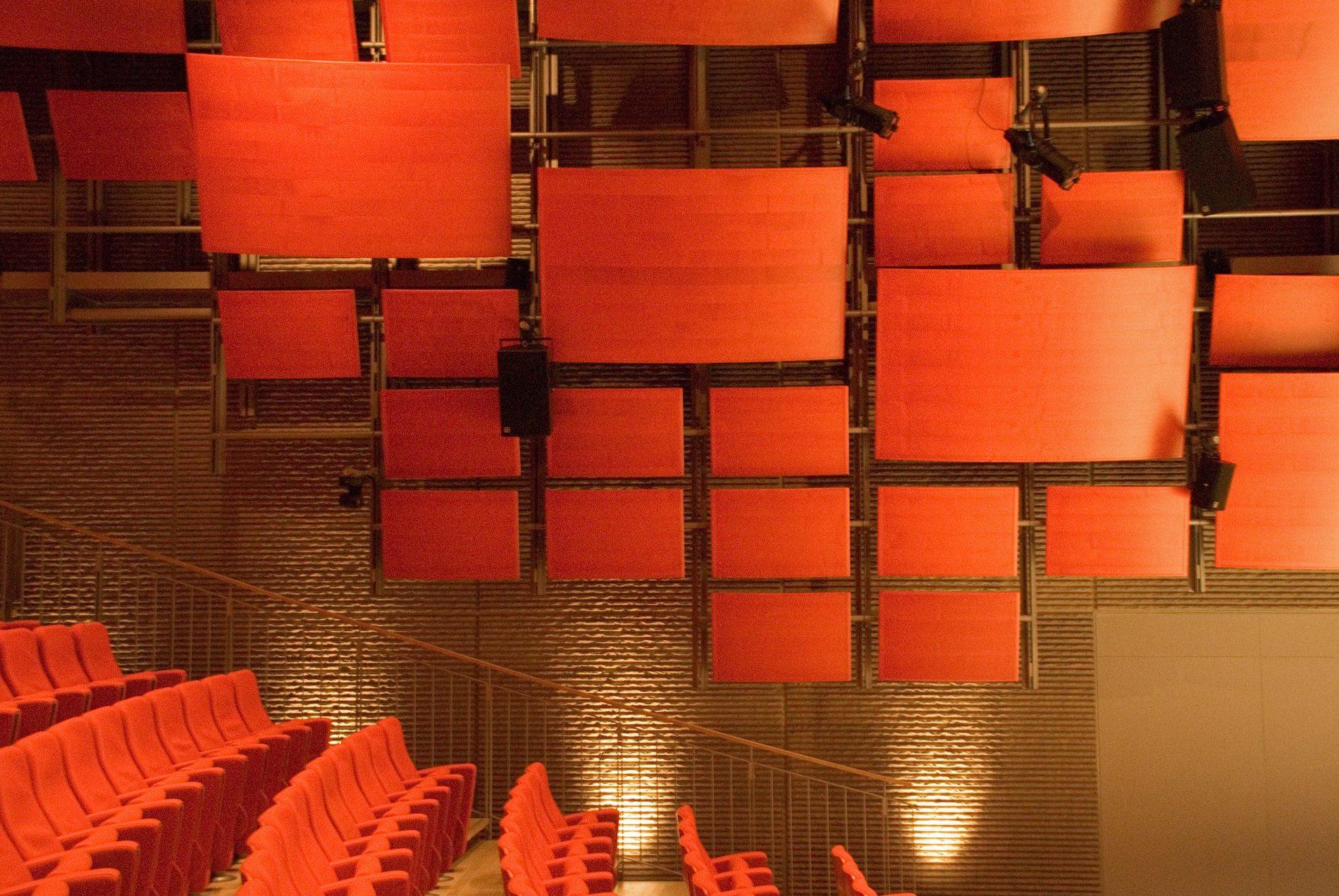 Zentrum Paul Klee. Das Auditorium fasst 300 Personen, hat einen Regieraum und Simultanübersetzerkabinen und eignet sich für Symposien, Präsentationen, Musik- und Theaterveranstaltungen.