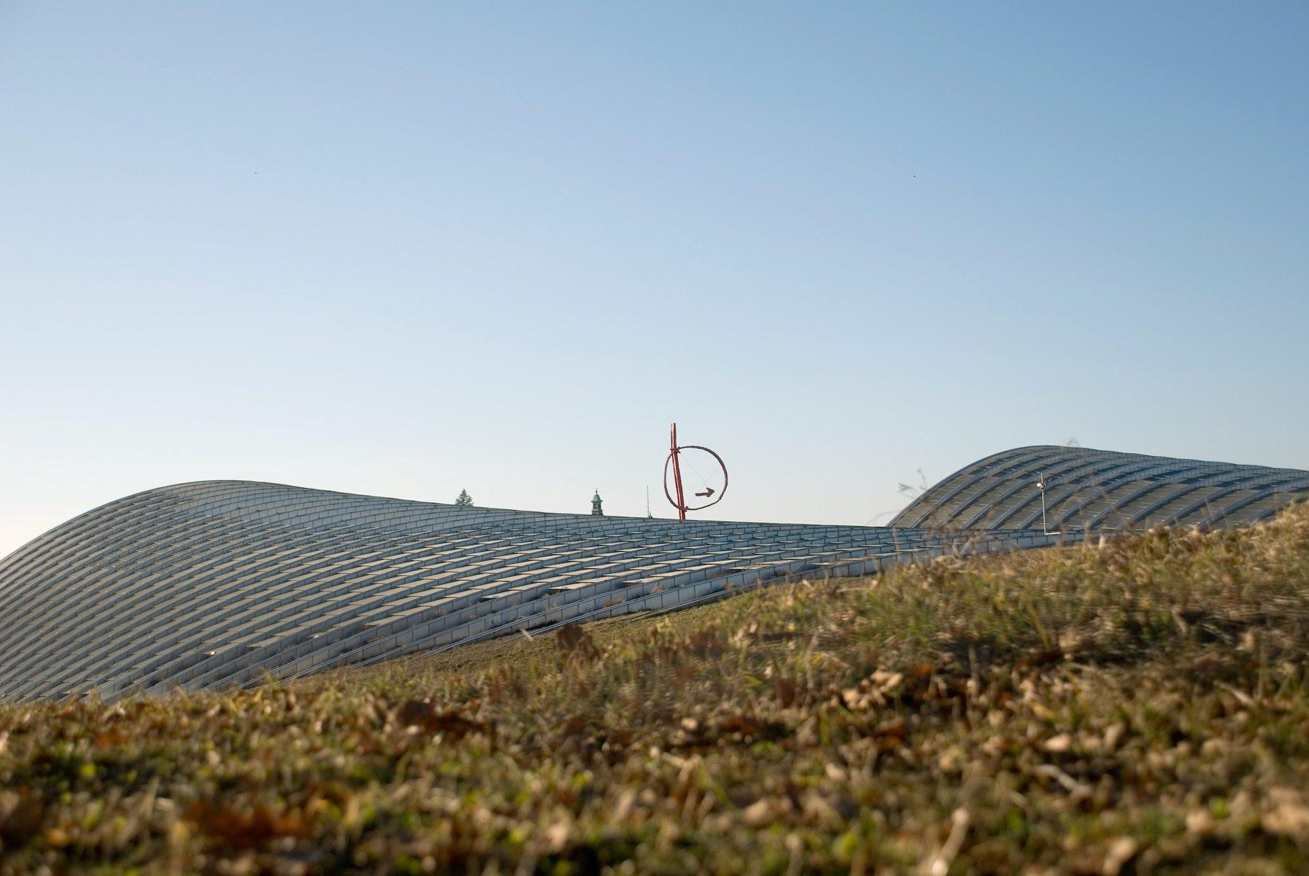 Zentrum Paul Klee.  Große Teile des ZPK befinden sich in den Untergeschossen. Rund 180.000 Kubikmeter Erdmasse wurden mit fast 15.000 Lastwagenfahrten auf dem Gelände bewegt.