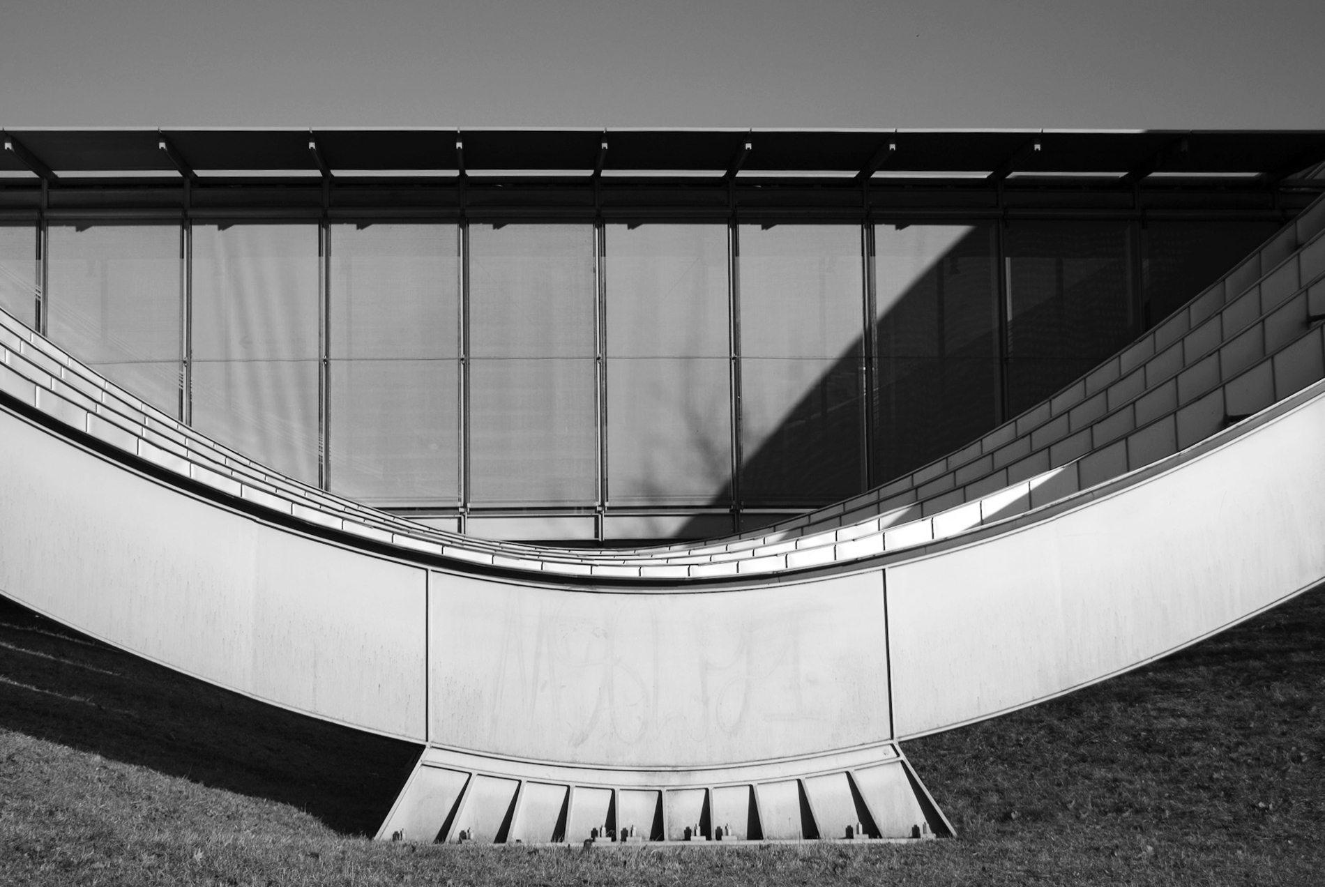 Zentrum Paul Klee.  ... Um diese möglichst flächig zu übertragen, verteilt ein V-förmiges System aus Stahlseilen und -rohren die Lasten auf jeweils fünf Rippen.