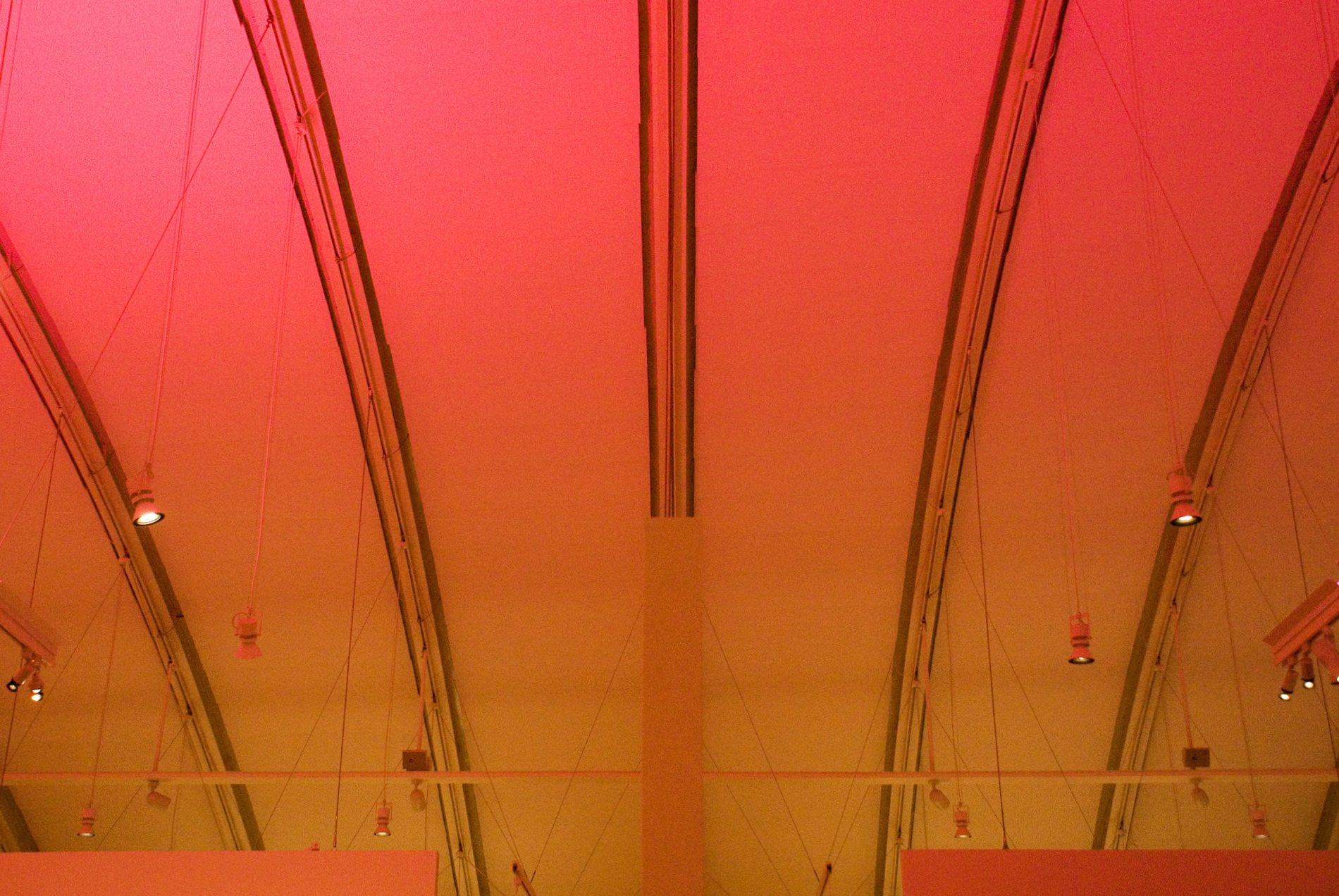 Zentrum Paul Klee.  Natürliches Licht war weder für das Auditorium noch für das Museum erwünscht – die Ausstellung ist in gedämpftes, kontemplatives Licht getaucht.