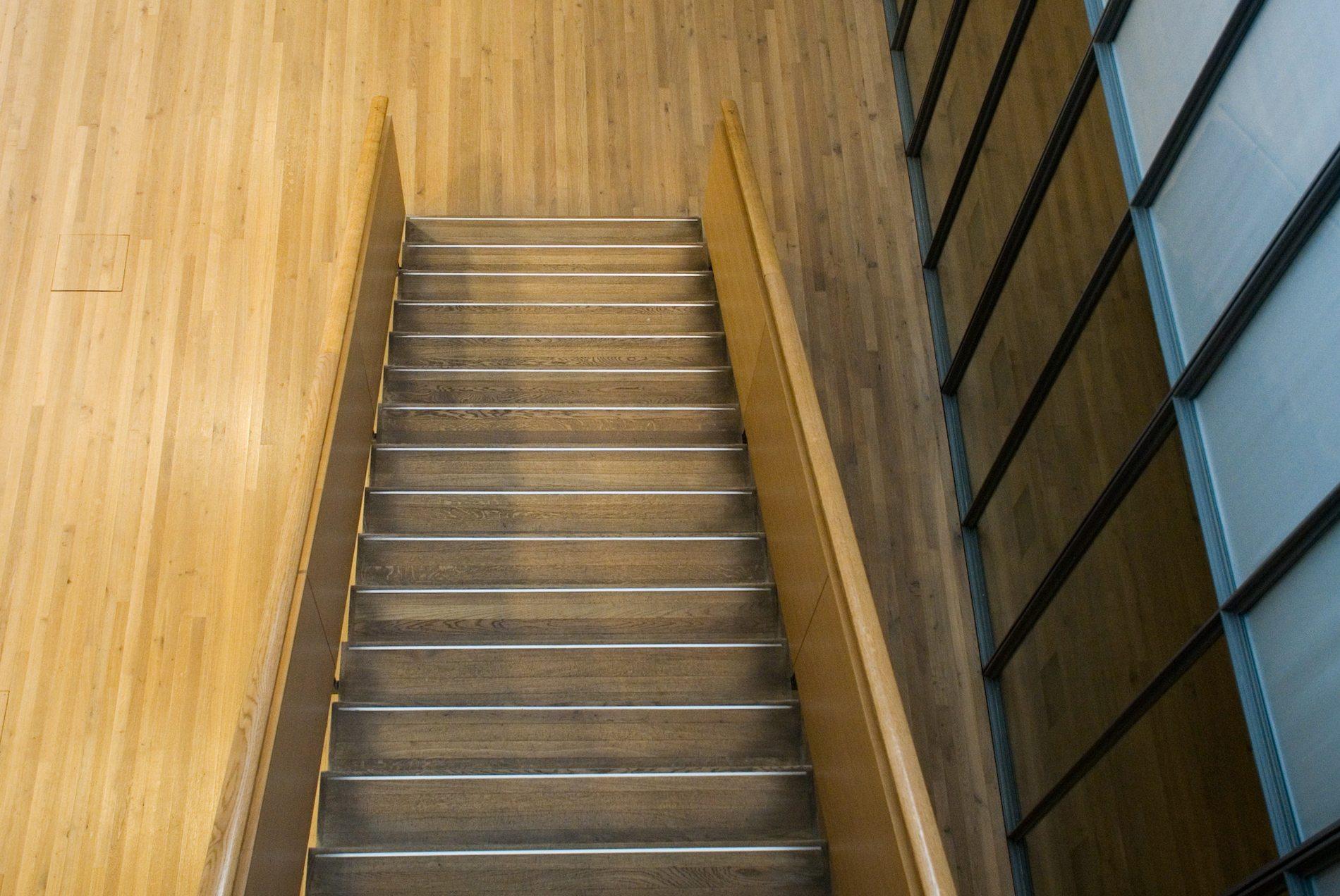 Zentrum Paul Klee. Die nüchterne Holz-Funktionalität des Innenraums.