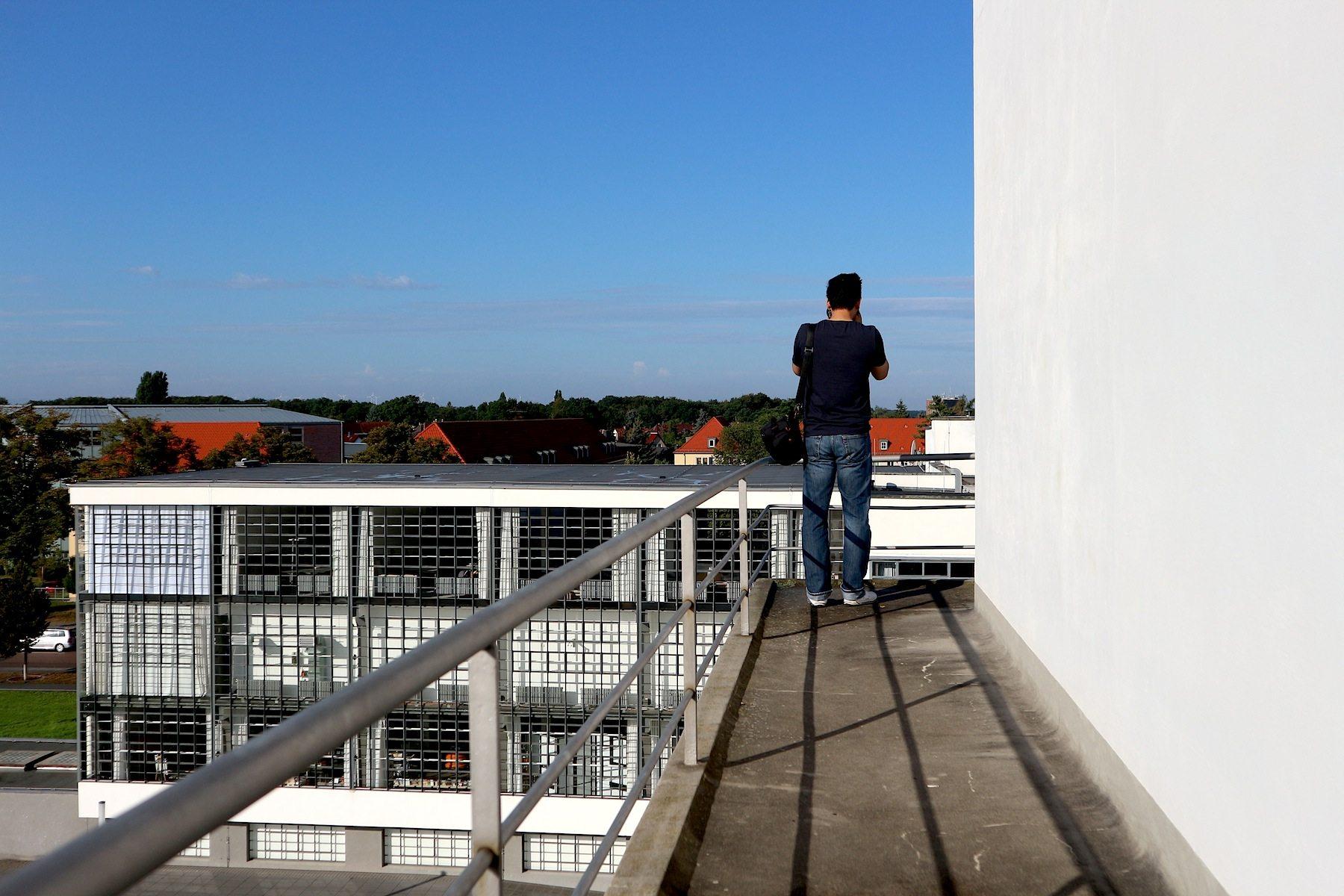 Höhenunterschied. Wie für Bilder gemacht: Fotomotive vom rundlaufenden Balkon im obersten Stockwerk des Atelierhauses.