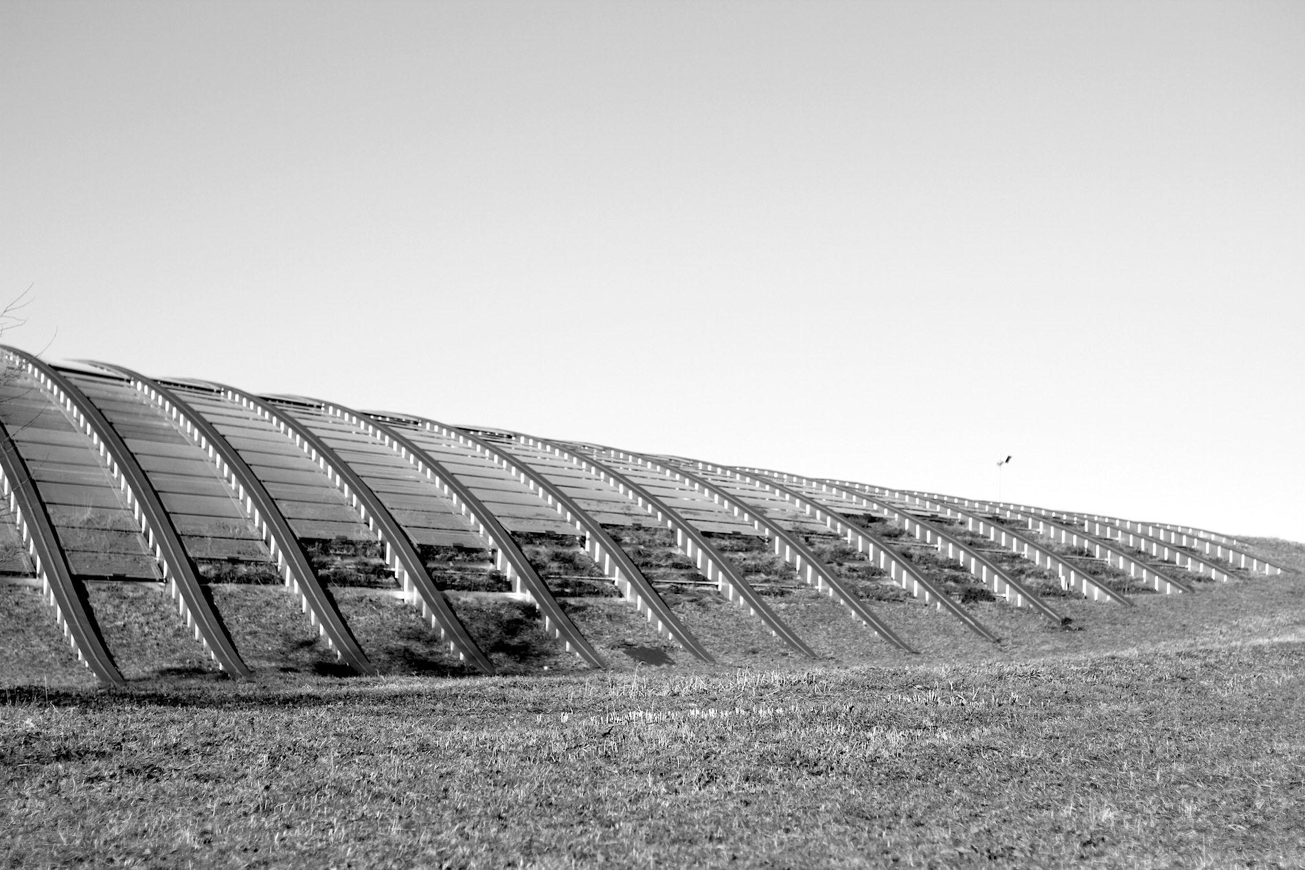 Zentrum Paul Klee. Die Dachkonstruktion ist ein geneigtes Dach aus Metall und Stahl.