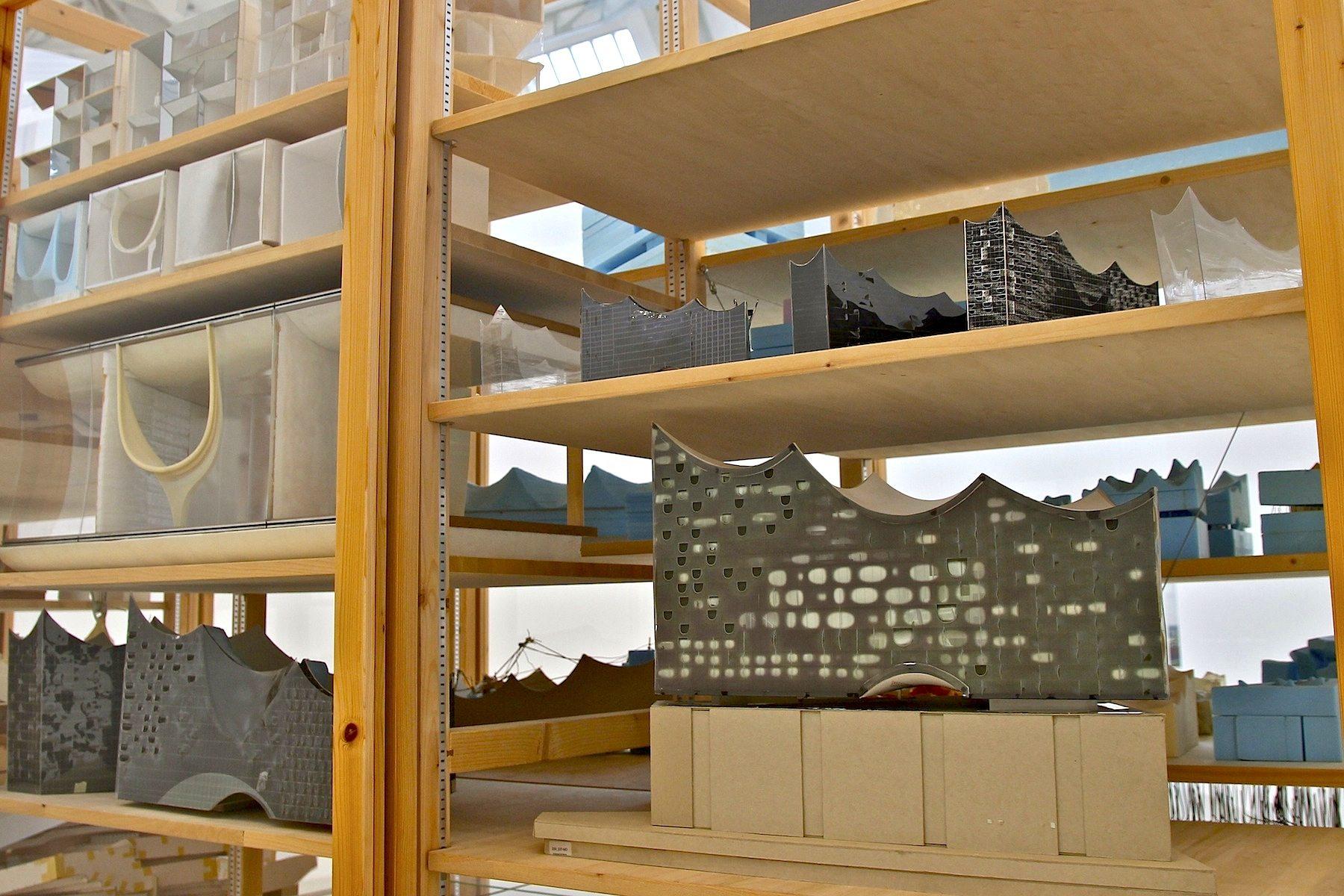 Elbphilharmonie revisited. Es wurden für das Projekt international renommierte Künstler ausgewählt, die eine enge Beziehung zur Welt der Architektur verbindet und die sich von der mehrmonatigen Testphase des Gebäudes vor der Eröffnung künstlerisch inspirieren ließen.