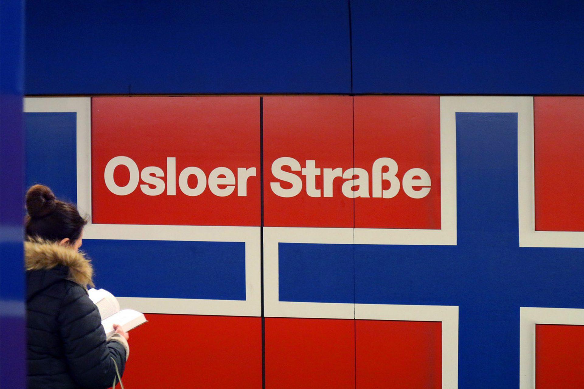 Osloer Straße. Der Kreuzungsbahnhof wurde am 30. April 1976 (U9) und 05. Oktober 1977 (U8) in Betrieb genommen. Die Gleiswände beider Bahnsteige sind mit norwegischen Fahnen bekleidet und nehmen damit Bezug auf die darüber liegende Straße.