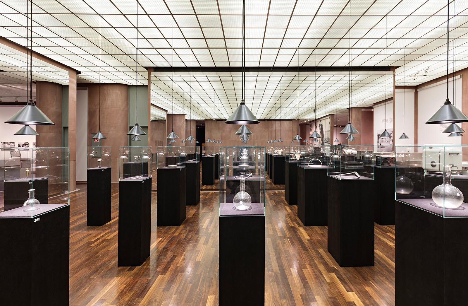 """Kunsthalle Bielefeld.  Die Ausstellung """"Partners in Design: Alfred H. Barr Jr. & Philip Johnson. Bauhaus-Pioniere in Amerika"""": 25.3.–23.7.2017."""