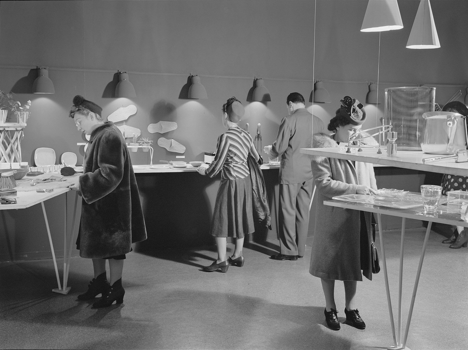 "Kunsthalle Bielefeld.  Installationsansicht, ""Useful Objects Under $10"", The Museum of Modern Art, New York, 2. Dezember 1941 bis 4. Januar 1942"