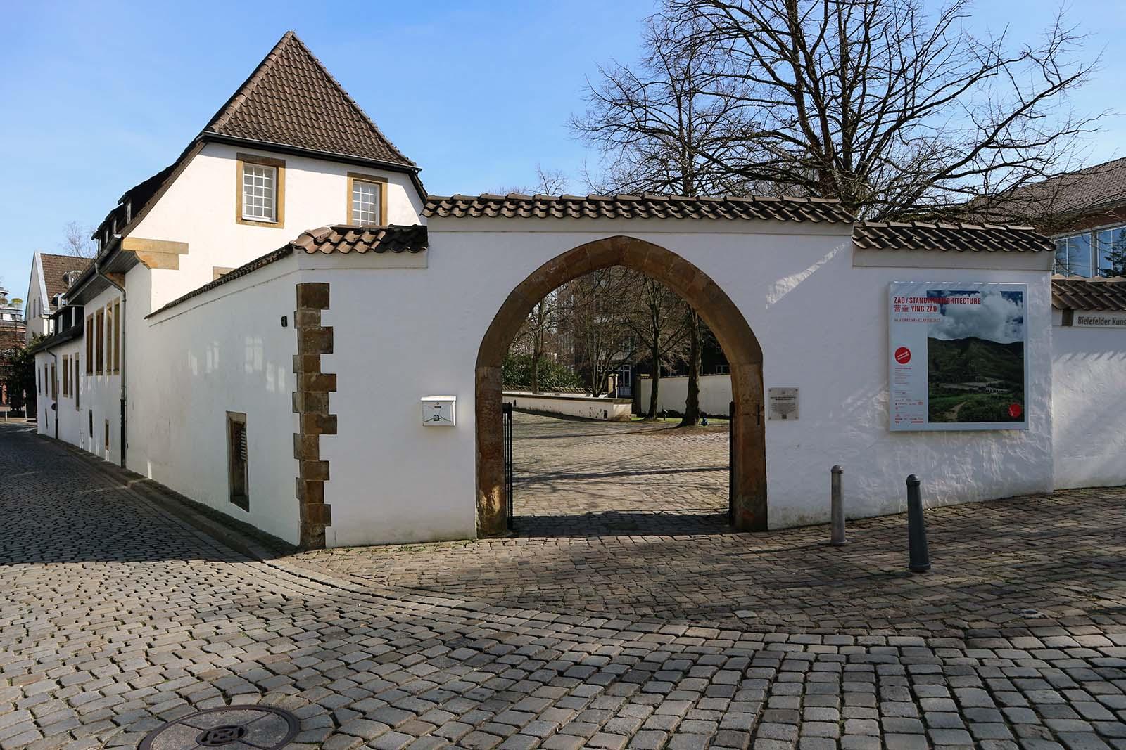 Bielefelder Kunstverein.  Der Kunstverein befindet sich in einem Adelshof aus dem 16. Jahrhundert im Stil der Weserrenaissance.