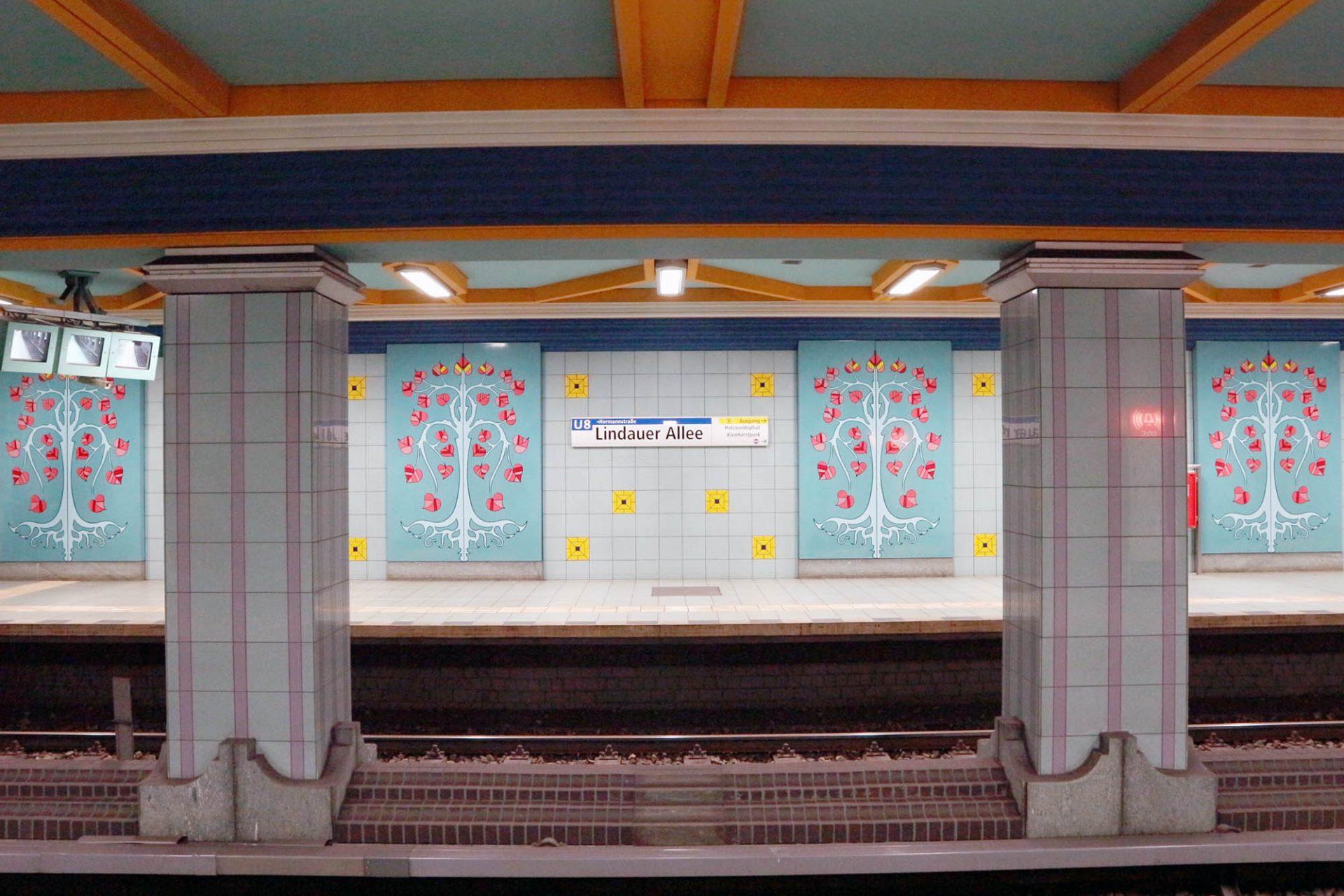 Lindauer Allee. Der letzte Streckenabschnitt wurde erst am 24. September 1994 eröffnet. Im märchenhaft gestalteten Bahnhof Lindauer Allee verwendete Rümmler Symbole des Lindauer Stadtwappens, den Lindenbaum. Pinkfarbene, herzförmige Blätter sprießen aus stilisierten Bäumen. Von den Böden brüllen Löwenköpfe.