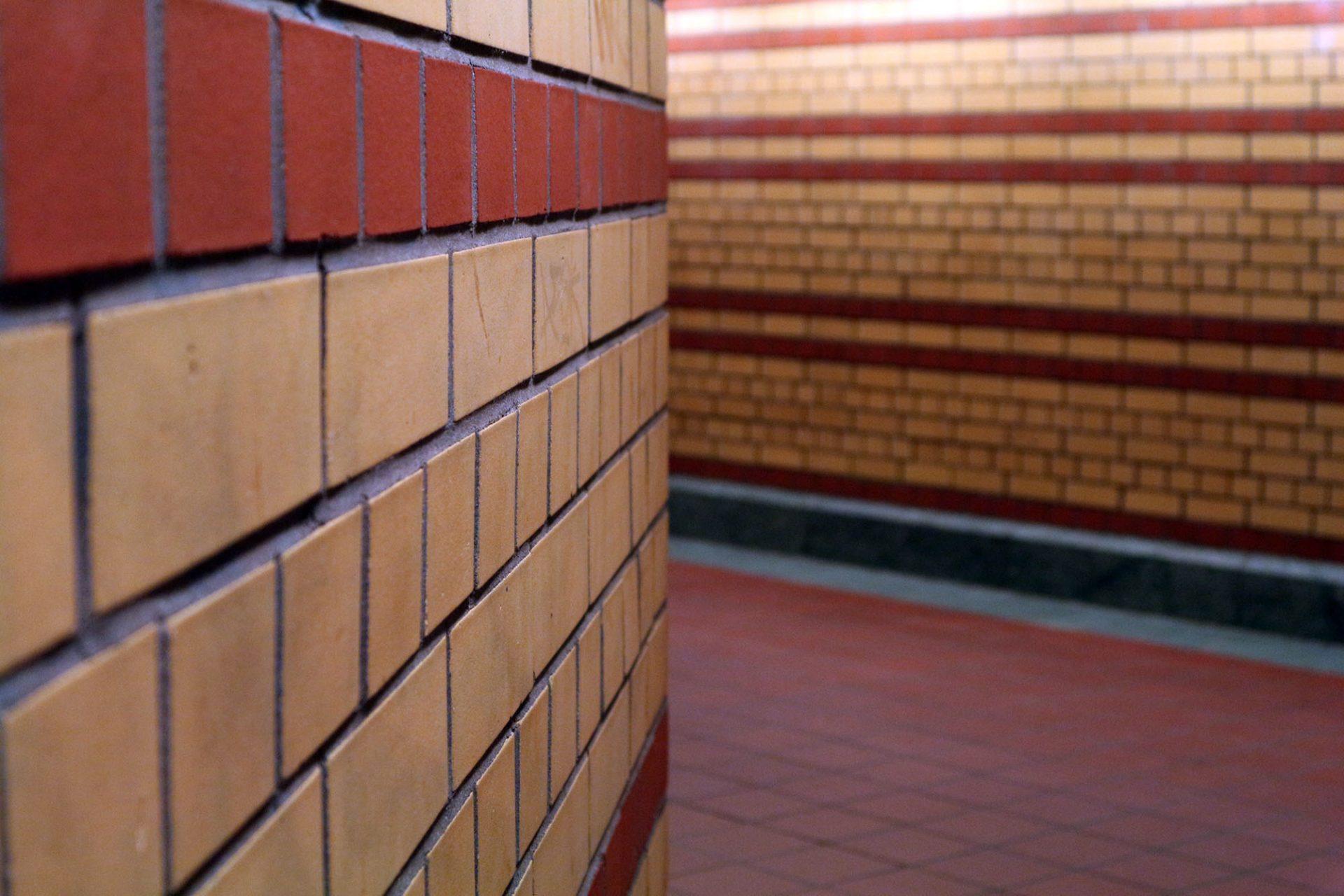 Karl-Bonhoeffer-Nervenklinik.  Die Wände aus verschiedenfarbigen Klinker-Verbänden verweisen auf die Architektur der Klinikgebäude über der Erde.