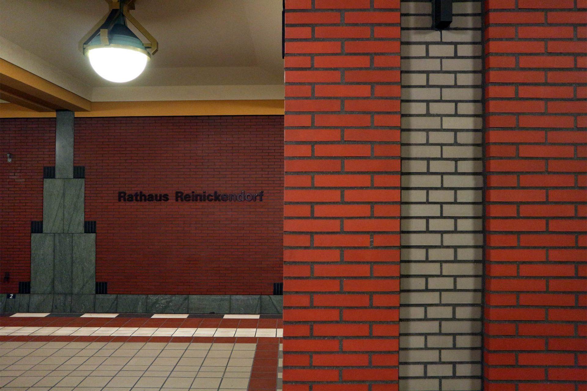 Reinickendorf. Im Innenraum kommen grauer Naturstein und roter Klinker zum Einsatz.