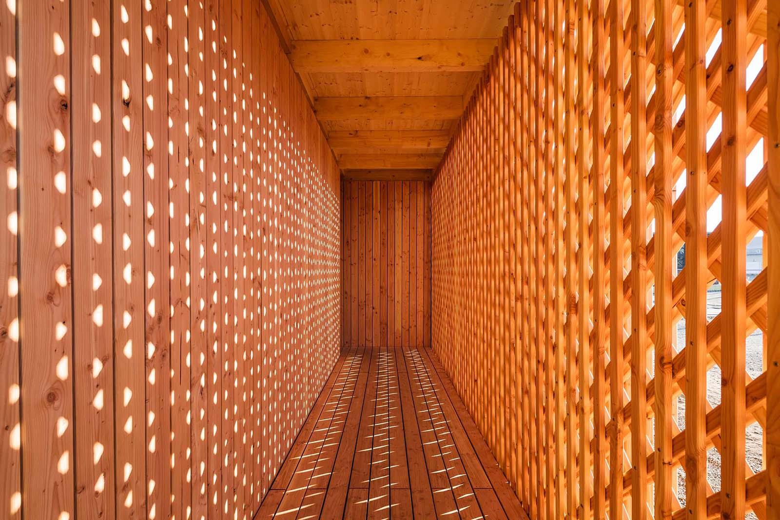 Gemeinschaftshaus Spinelli.  Atmosphärische Ornamentik im Eingangsbereich.