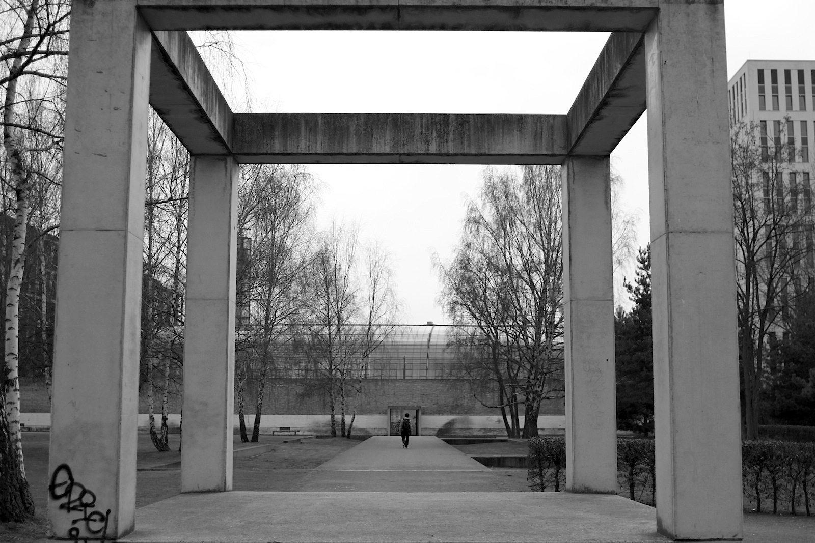 Geschichtsträchtig.  Auf dem Gelände des ehemaligen Zellengefängnisses Moabit entstand eine Parkanlage, die Gedenkort und Park für die Anwohner zugleich ist. Grundlage der Gestaltung war die Geschichte des Ortes seit dem Bau des Zellengefängnisses vor über 150 Jahren. Das Foto zeigt das Panoptikum, die würfelförmige Betonskulptur im Zentrum des Parks.