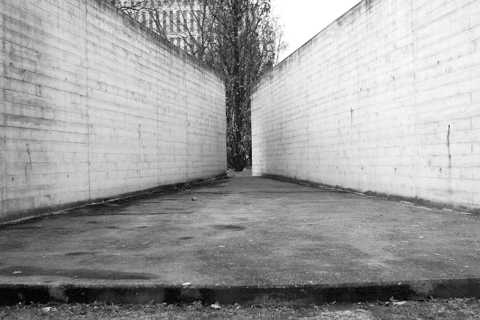 Symmetrie, Struktur, Strenge.  Der symmetrische Grundriss des Gefängnisbaus zeichnet sich als landschaftliche Form in der Oberfläche des Parks eindeutig und subtil zugleich ab. Der Besucher kann auf diese Weise die Größe, Struktur und Strenge der Anlage nachvollziehen und sich erlaufen. Im Bild und in Originalgröße: ein ehemaliger Spazierhof für den Hofgang eines Gefangenen.