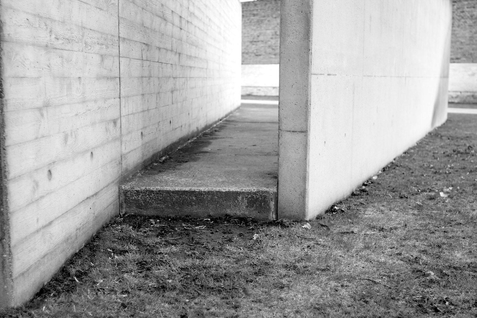 Markierungen. Die sternförmige Gefängnisanlage wird mit Ortbeton-Erhebungen und –Abdrücken markiert.