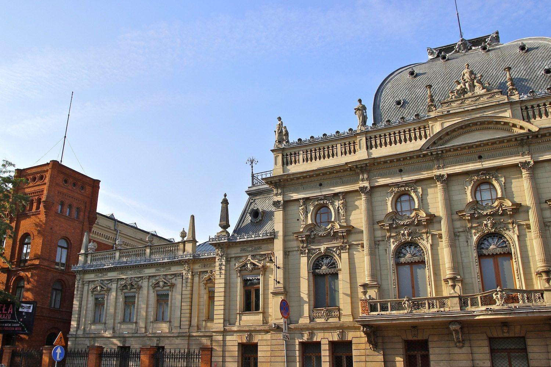Herrschaftsarchitektur. Direkt neben den kolossalen Backsteinbauten seiner Fabrik hat Poznański seine nicht minder pompöse Residenz unter Putz legen lassen.