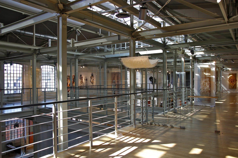 Kunst statt Baumwolle. Im östlichen Flügel, als letzter Teil der Weißen Fabrik bis 2008 umgebaut, spielen die wechselnden Ausstellungen das Thema Weben künstlerisch durch.