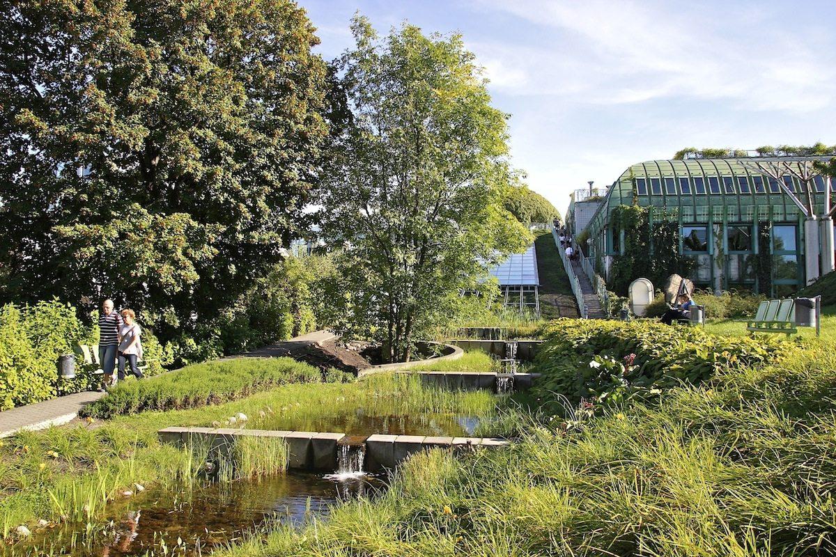 Urbane Oase. Auf 17000 Quadratmetern hat die polnische Landschaftsarchitektin Irena Bajerska einen Park angelegt, davon 2000 Quadratmeter als Dachgarten. Eine Kaskade und ein Wasserlauf verbinden die beiden Ebenen.