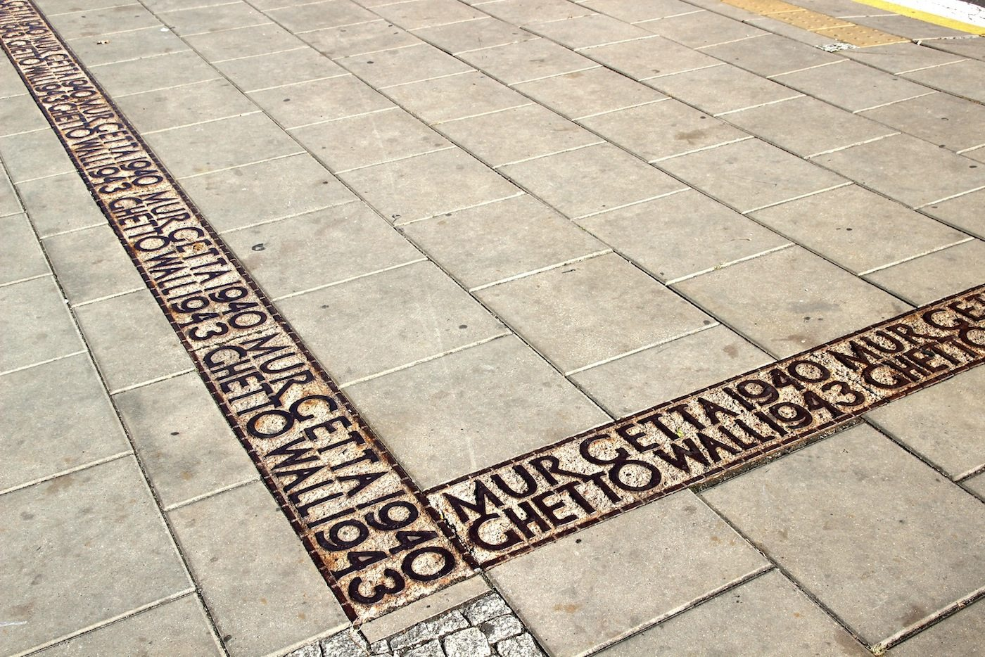 Erinnerungsträchtiger Boden.  Das Areal, auf dem sich der Kulturpalast erhebt, war Teil des jüdischen Ghettos, in dem die Deutschen bis zu 380 000 Menschen vor dem Abtransport in die Vernichtungslager zusammen pferchten. Im April 1943 wagten einige den Aufstand, danach wurde der Stadtteil dem Erdboden gleich gemacht.