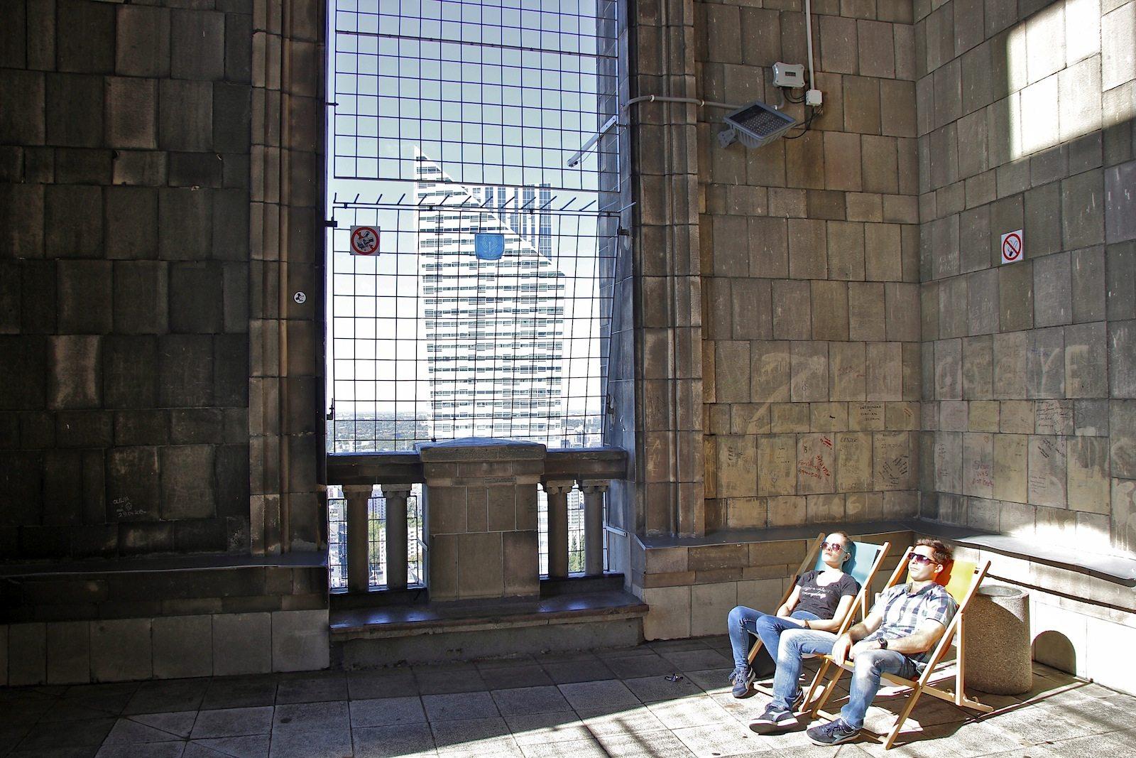 Nach allen Seiten offen.. Nirgendwo sonst hat man die Stadt besser im Blick als vom dreißigsten Stock des Kulturpalastes. Schautafeln entlang der Aussichtsplattform machen deutlich, wie sich Warschau nach dem Desaster des Weltkrieges wieder erhebt.