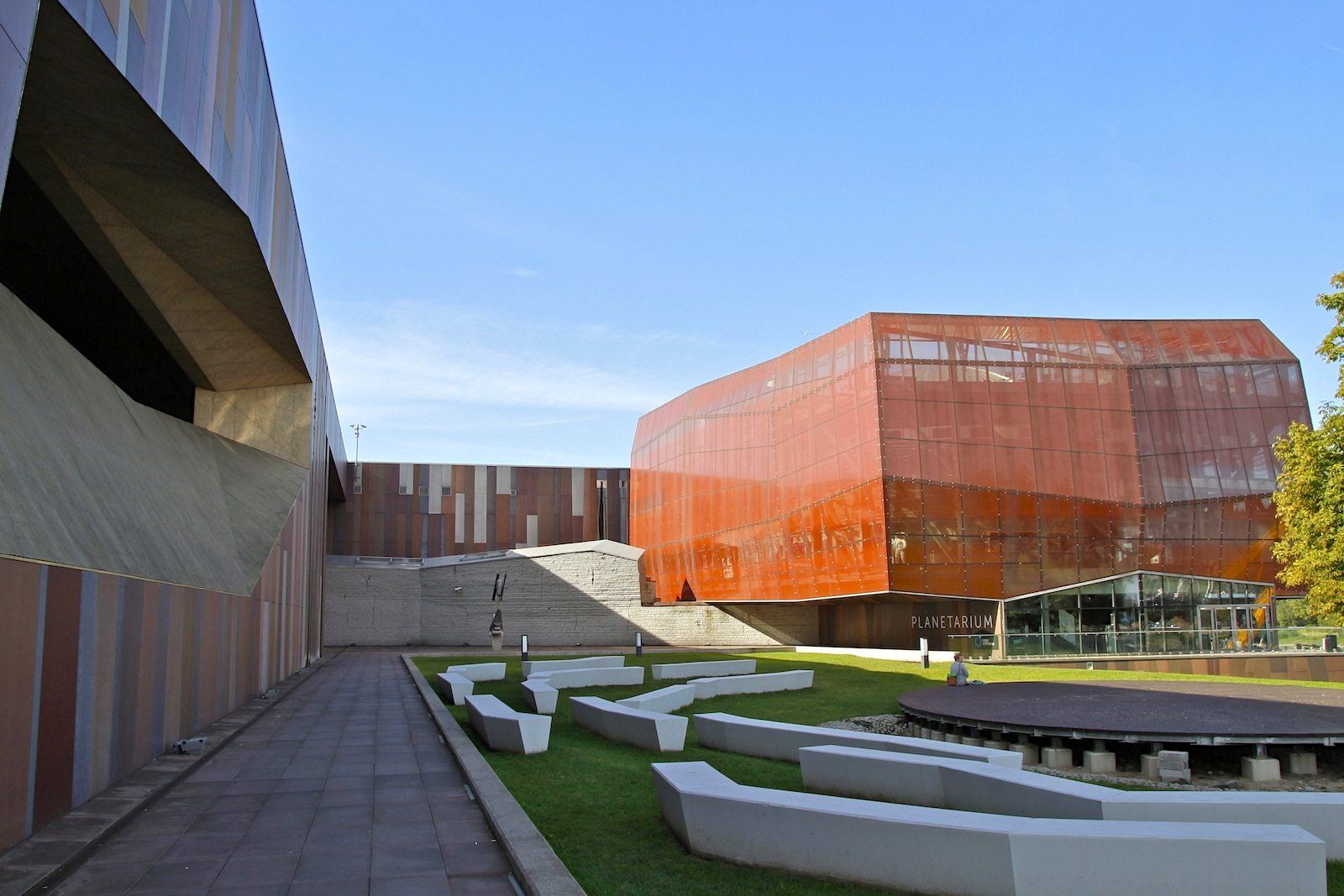 . Das Centrum Nauki Kopernik bietet seit 2010 mit modernster Museumsdidaktik einen interaktiven Zugang zu den Naturwissenschaften. Der ambitionierte Bau des polnischen Architekten Jan Kubec kostete siebzig Millionen Euro, zu zwei Dritteln finanziert aus EU-Töpfen.