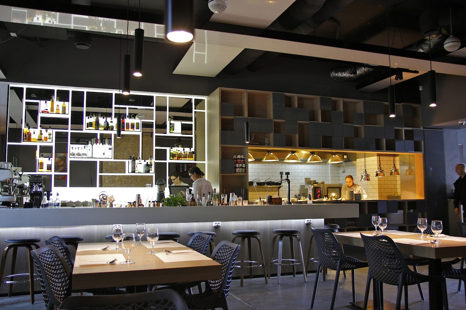 Wandel im Arbeiterpalast.  In die großzügig bemessenen Räume in den Erdgeschossen der sozialistischen Wohnblocks rund um den Plac Konstytucij sind längst moderne Läden eingezogen. So das Restaurant Varso Vie mit seinem minimalistischen Design und der zeitgemäßen polnischen Küche.