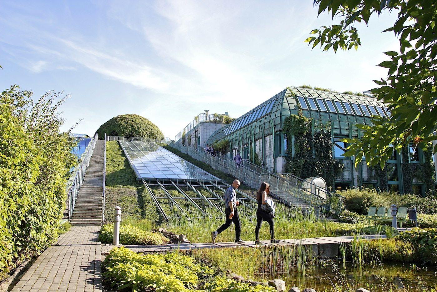 Großgarten. Der botanische Garten ist einer der größten Dachgärten in Europa und nur über eine Treppenanlage erreichbar.