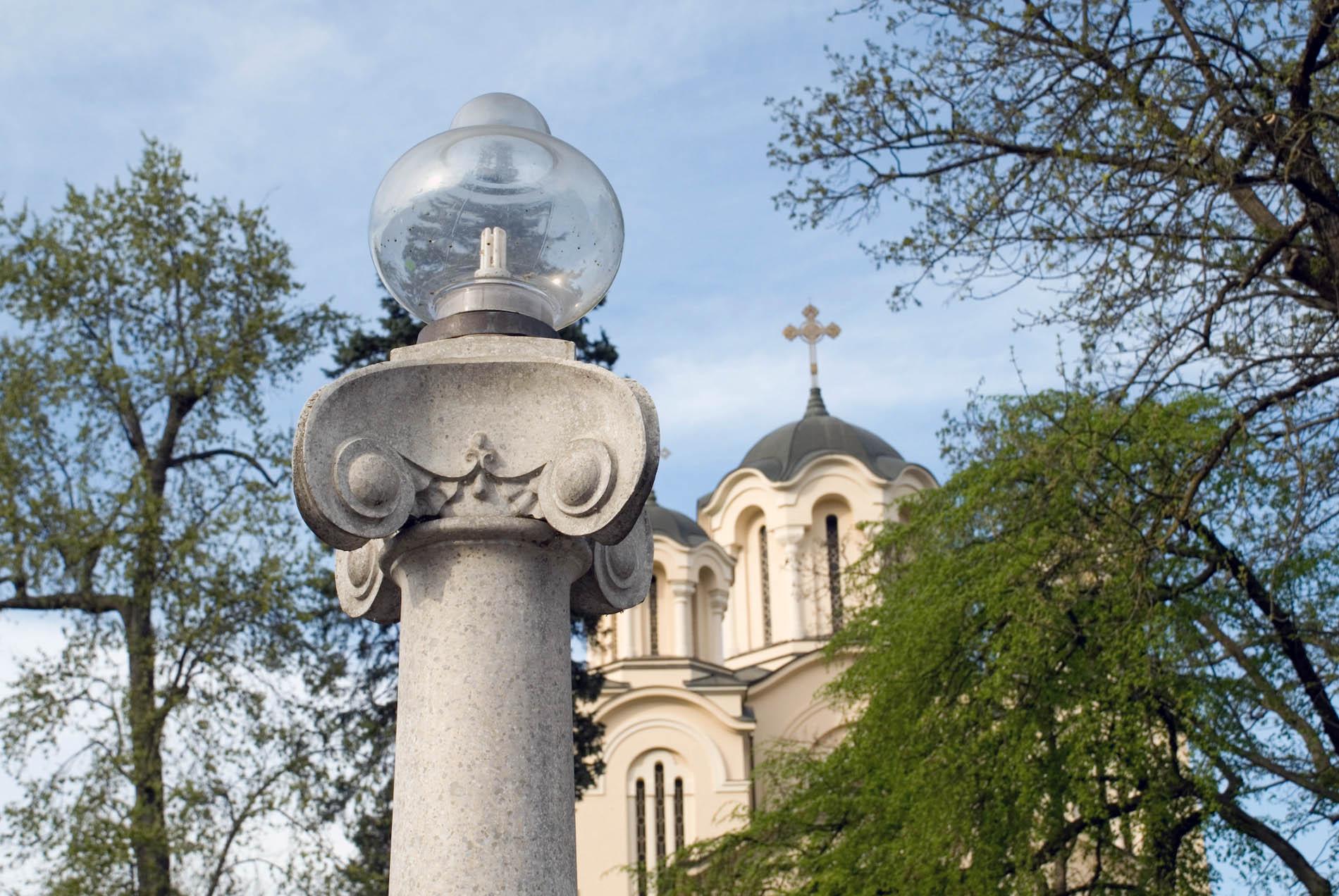 Landachse. Eine leuchtende Säulenreihe verbindet Ravnikas Galerie der Moderne mit dem Palais Radetzky im Tivoli Park.