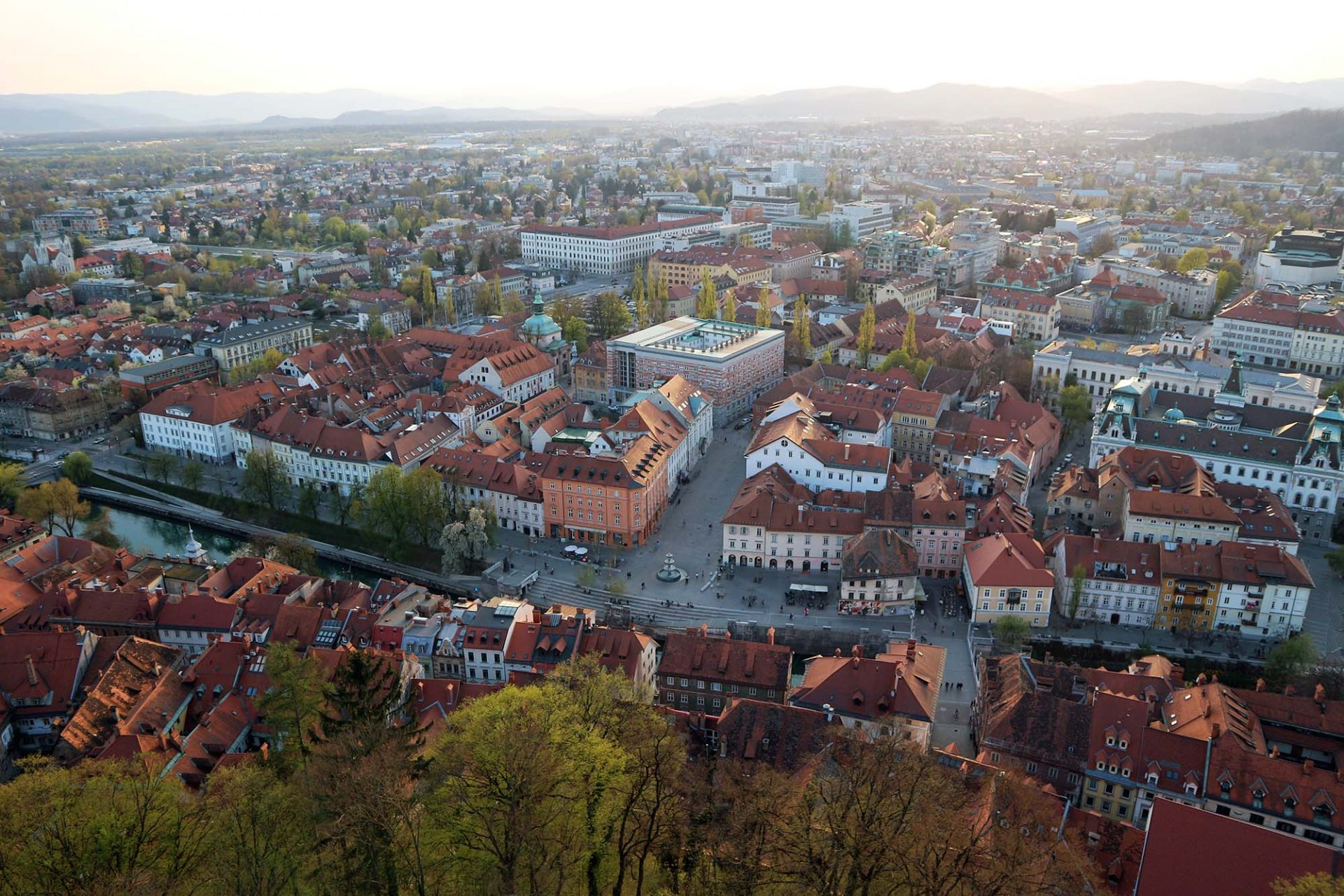 Wasserachse. Entlang der Ljubljanica legte er neue Uferkanten, Treppenanlagen und Bepflanzungen an und machte den Fluß wieder zum Mittelpunkt der Stadt.
