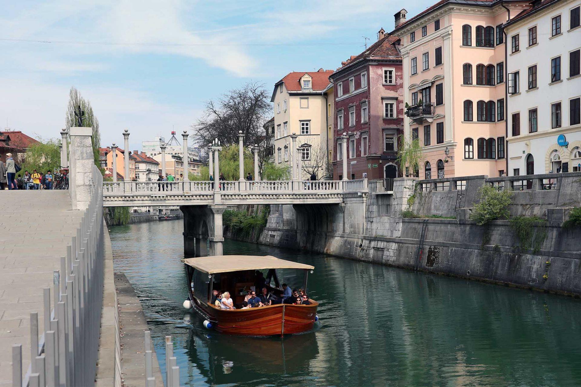 Schusterbrücke.  Anstelle der neuen Schusterbrücke (1931–1932) stand zuvor eine Holzbrücke, die die beiden mittelalterlichen Stadtteile Mestni Trg (Stadtplatz) und Novi Trg (Neuer Platz) miteinander verband. Ihr Name geht auf die Schuster zurück, die hier ihre Werkstätten errichtet hatten. Wie bei den Drei Brücken wird die Überquerung beidseitig von schlichten Kunststeinballustraden begrenzt. Die fünf Segmente werden durch sechs schlanke Säulen, die Steinkugeln tragen, zu jeder Seite unterteilt. Sie deuten auf im Mittelalter bebauten Brücken, wie sie beispielsweise noch heute in Florenz und Erfurt zu sehen sind.
