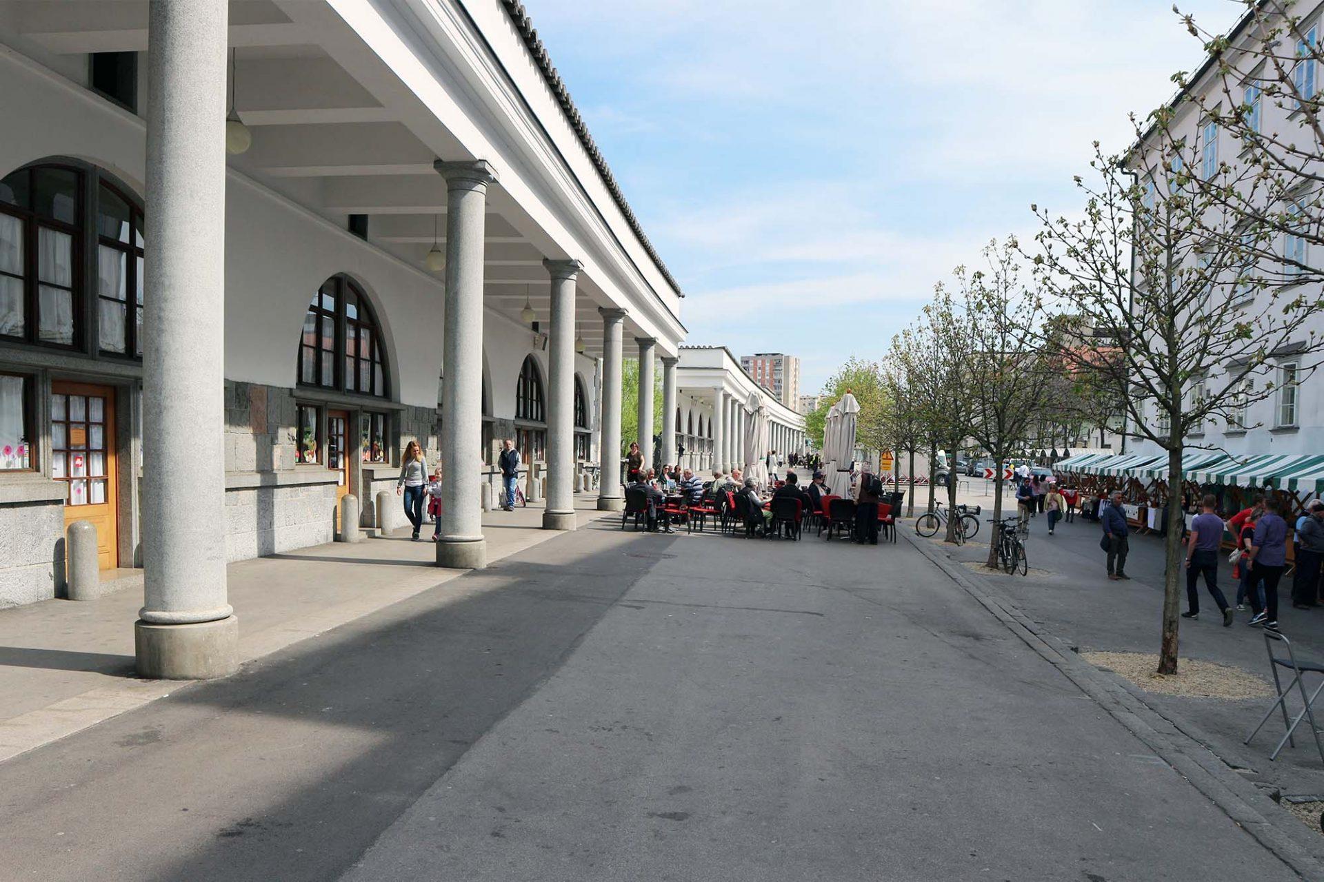 Markthallen. Zur Stadt hin öffnen sich Kolonnaden. Täglich finden hier wechselnde Märkte statt, darunter der kulinarische Food Market am Freitag.