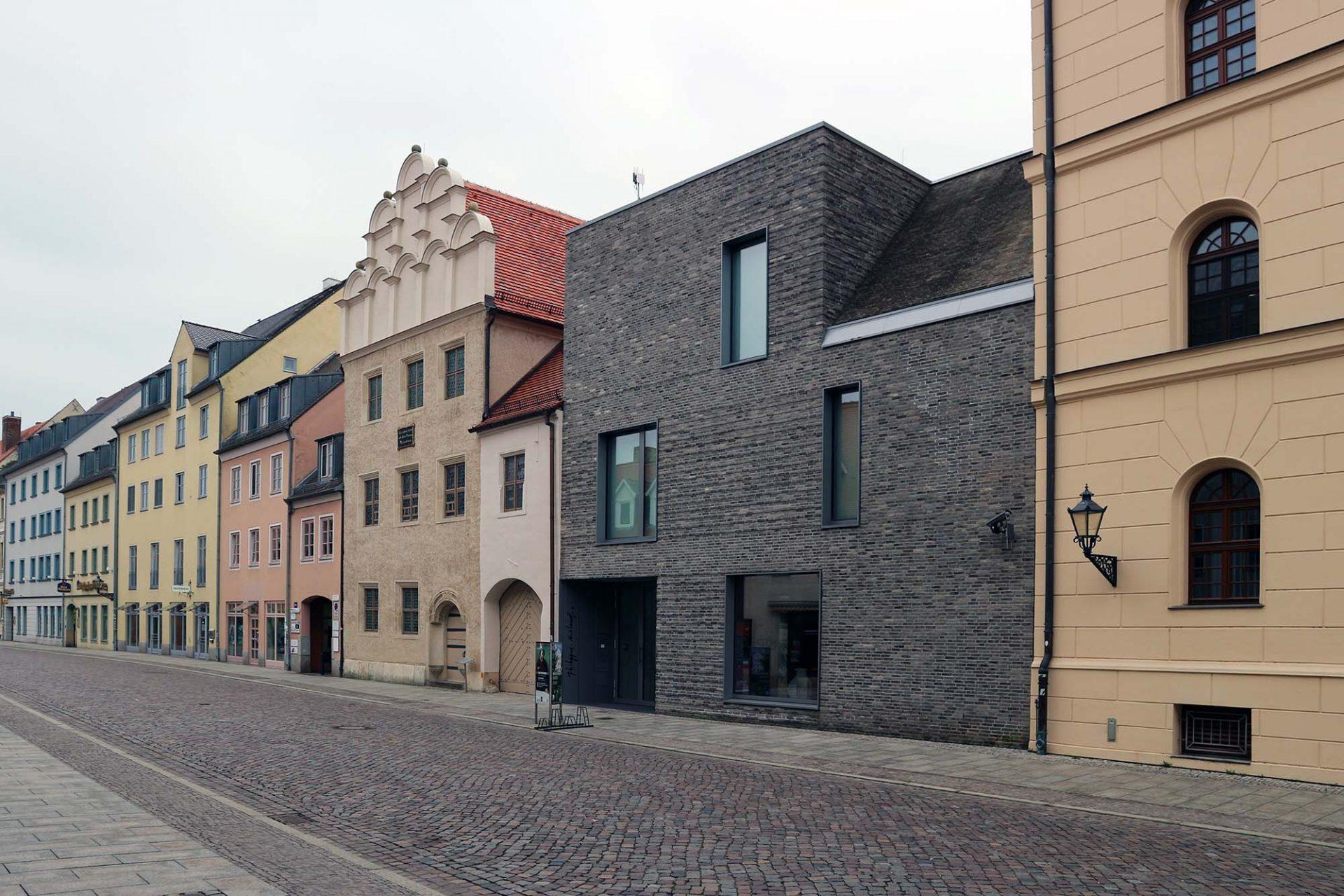 Melanchthon-Haus. Philipp Melanchthon und seine Familie lebten ab 1539 in diesem Haus. Hier konnte sich der Protestantismus zu einer neuen Theologie und Wissenschaft entwicklen. Das sandfarbene Rennaissance-Gebäude mit seinem markanten Giebel wurde über die Jahrhunderte kaum verändert. 2013 erhielt es einen backsteinernen Anbau für Ausstellungen vom Haller Büro Dietzsch & Weber.