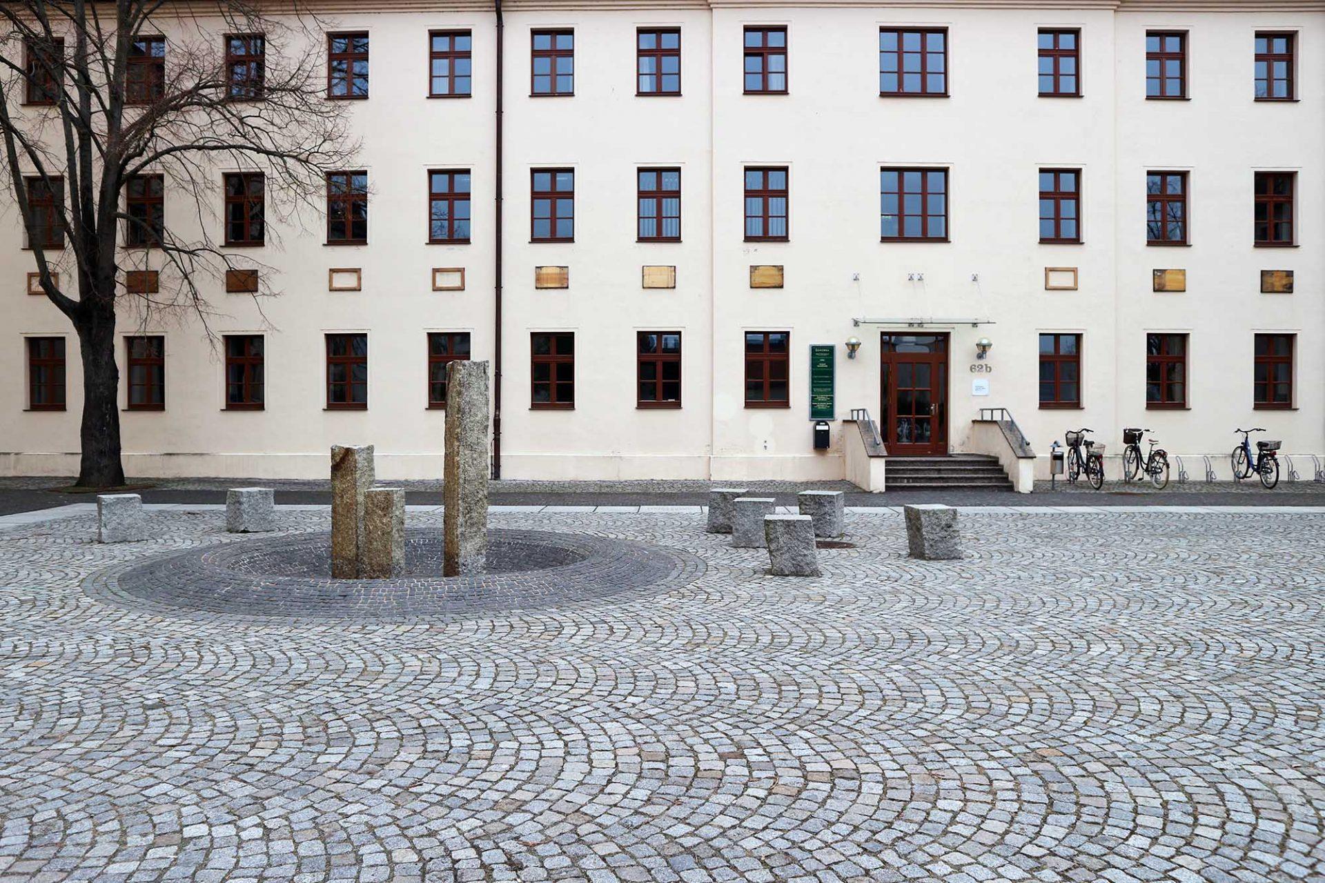 Leucorea. Die Wittenberger Universität war einst eine der bedeutendsten Bildungseinrichtungen Europas für Theologen, Juristen, Mediziner und Staatsbeamte. Sie wurde 1502 von Friedrich dem Weisen gegründet. Hier lehrten die Reformatoren Martin Luther und Philipp Melanchthon. 1817 wurde sie mit der Universität Halle zusammengeführt und der Wittenberger Standort geschlossen. Aus der renommierten Universitätsstadt wurde eine Garnisonsstadt. Erst 1994 wurde sie schließlich als Stiftung Leucorea mit einer Vielzahl renommierter wissenschaftlicher Forschungseinrichtungen wiedereröffnet.