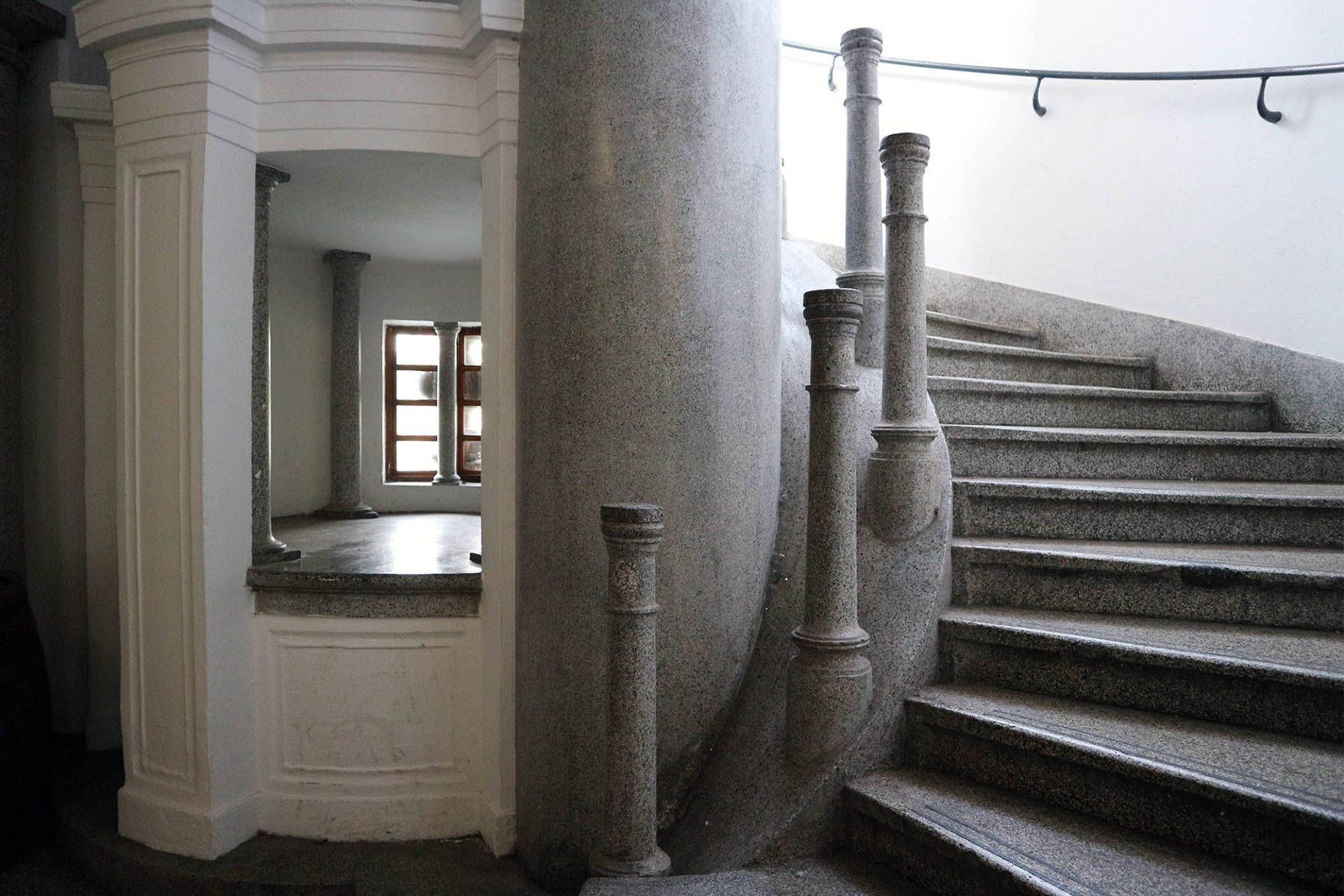 Markthalle. Weiß und grau dominieren auch den Treppenraum hinunter in die Markthallen.