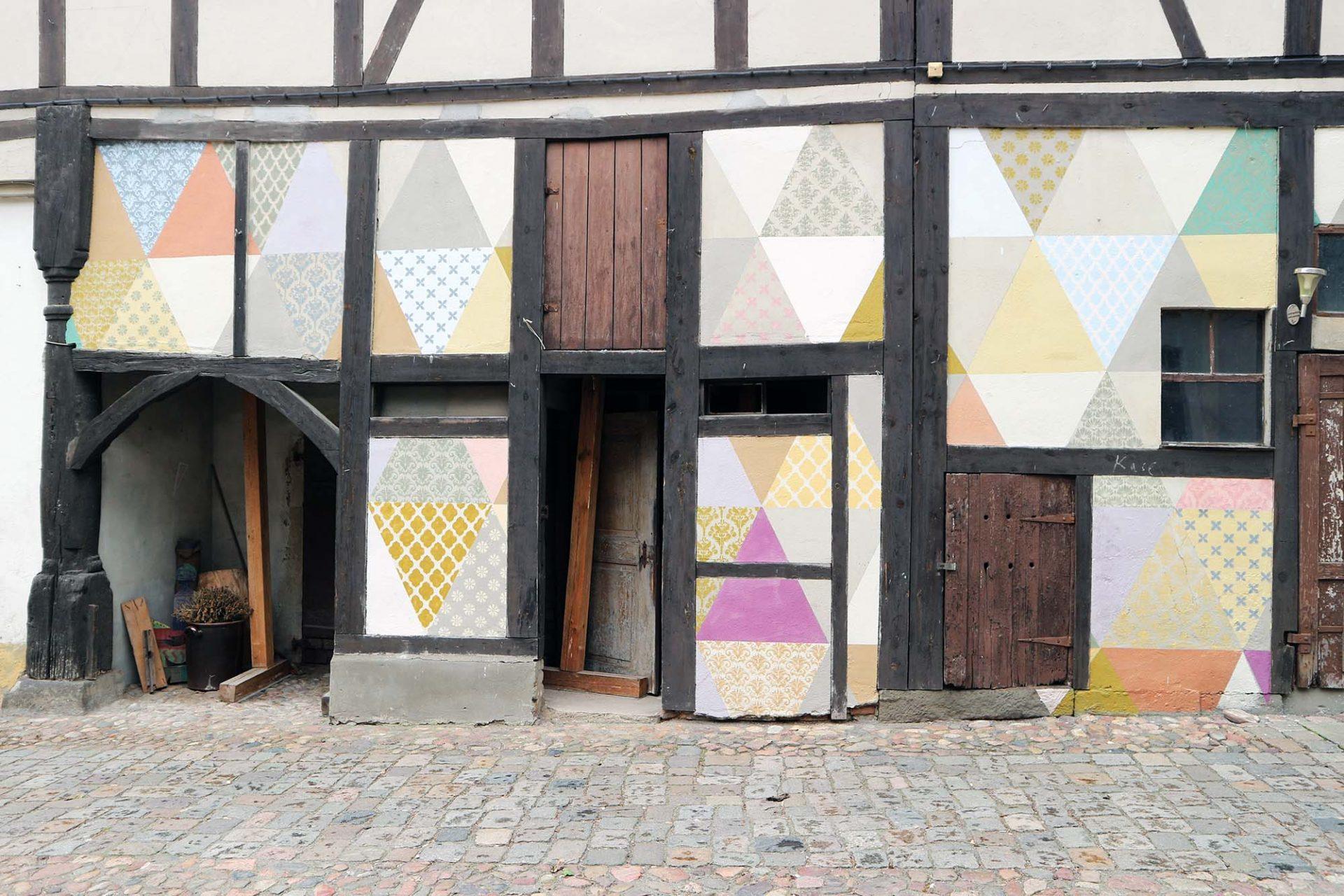 """Cranach-Höfe. Heute befinden sich hier die Dauerausstellung """"Cranachs Welt"""", eine Malschule und das Hotel """"Cranach-Herberge Wittenberg"""". Die Übernachtungsgäste unterstützen die Arbeit der Cranach-Stiftung und somit die Förderung junger Künstlerinnen und Künstler."""