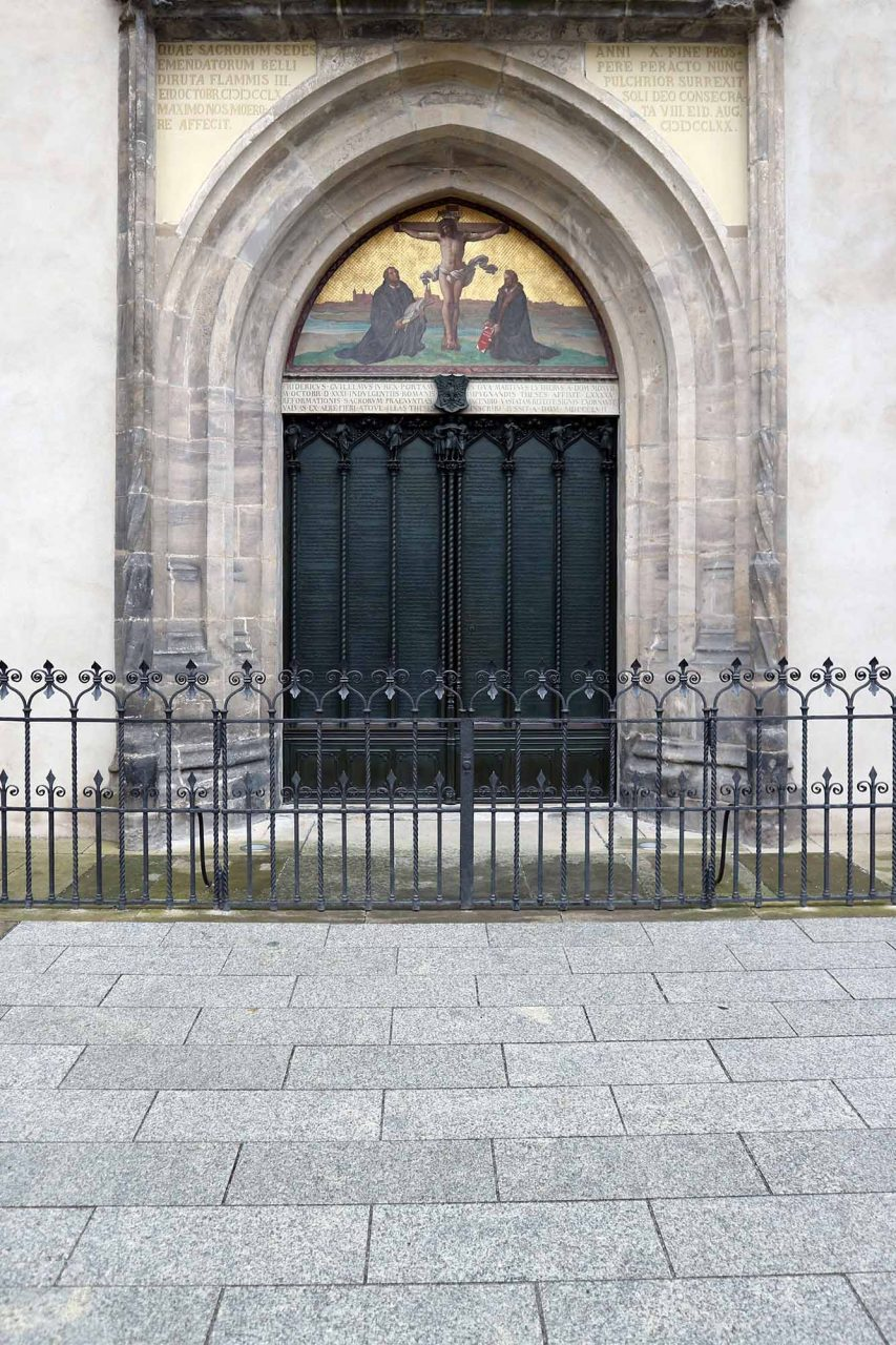Schlosskirche. An ihr Portal soll Luther 1517 seine 95 Thesen gegen den Missbrauch des Ablasshandels geschlagen haben. Behutsam saniert, zählt die Schloßkirche zusammen mit der Stadtkirche St. Marien heute zum UNESCO-Weltkulturerbe. Unter ihrer Kanzel liegen Luther und Melanchthon begraben.