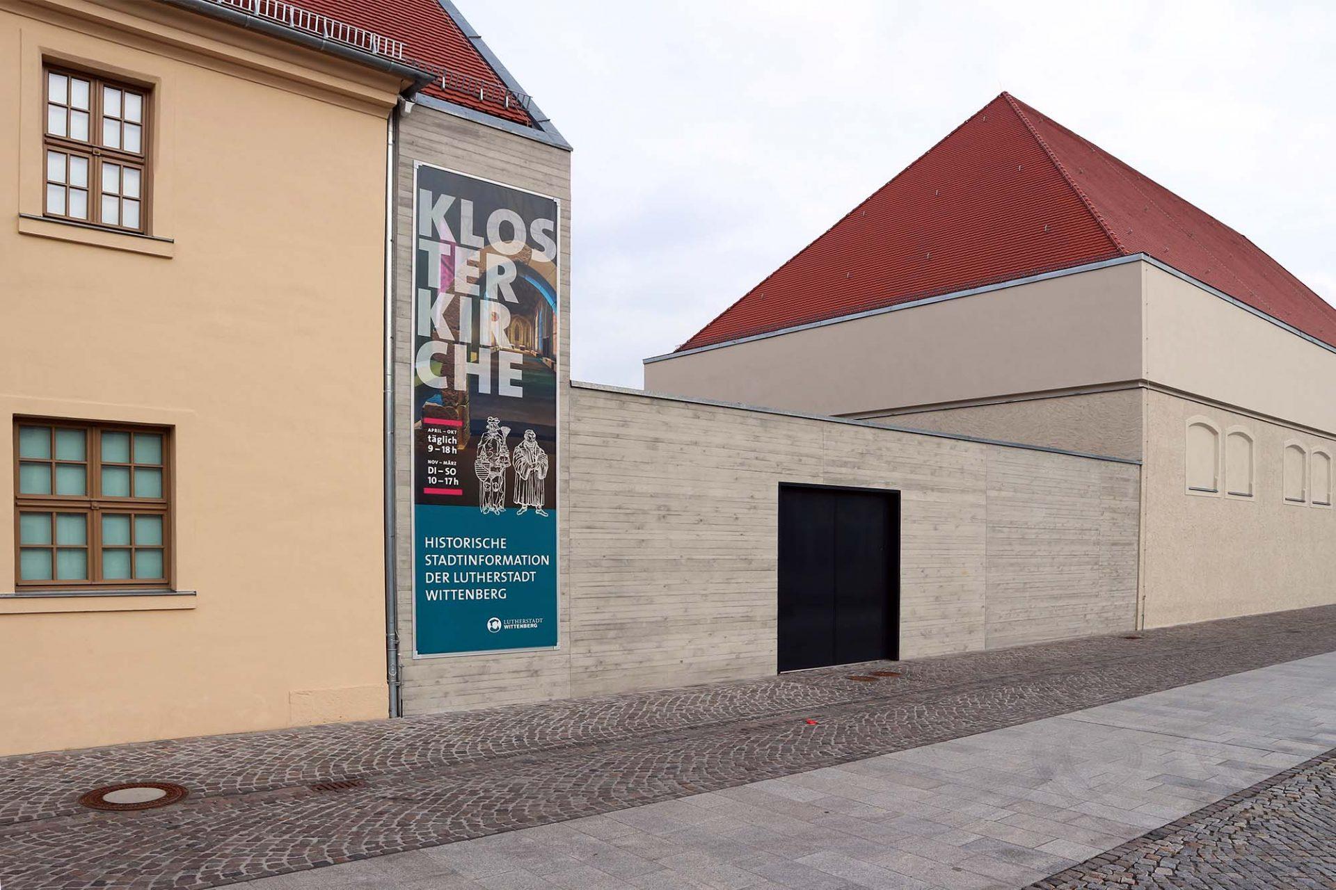 Arsenalplatz. Der Platz war lange Zeit städtisches Brachland. Auf dem Gelände des ehemaligen Franziskanerklosters am Rande der nördlichen Stadtmauer entstanden kürzlich die Historische und Zentrale Stadtinformation, das Ratsarchiv und das Stadthaus mit Konferenz- und Festsaal. Entworfen wurde es von Prof. Ralf Niebergall aus Magdeburg. Für die Ausführung waren bc Architekten + Ingenieure aus Wittenberg zuständig.