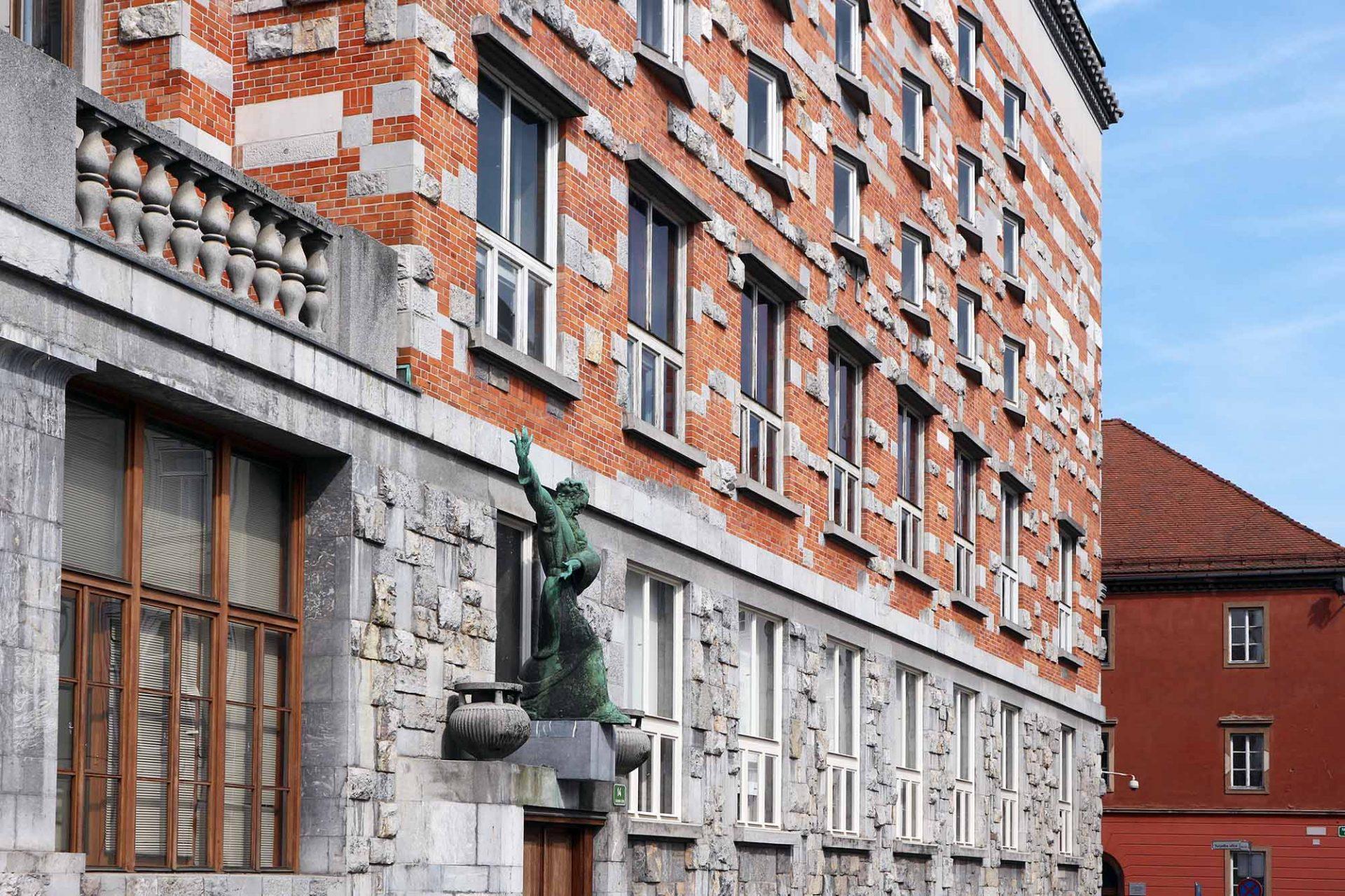 Nationalbibliothek. Die Bibliothek ist Plečniks wichtigstes Werk in seinem Heimatland. Sie steht anstelle des bei dem großen Beben 1895 zerstörten Palais Auersberg.