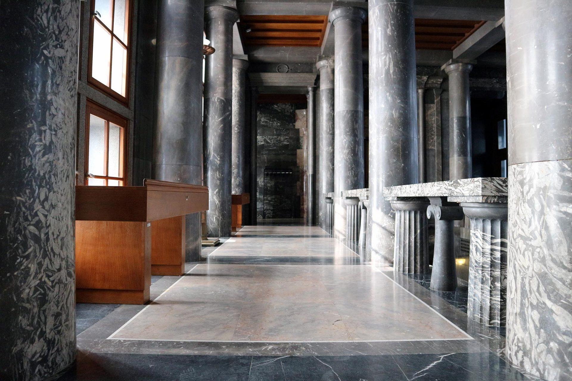 Nationalbibliothek.  In der monumentalen Eingangshalle dominieren grauer Marmor und helle Hölzer.
