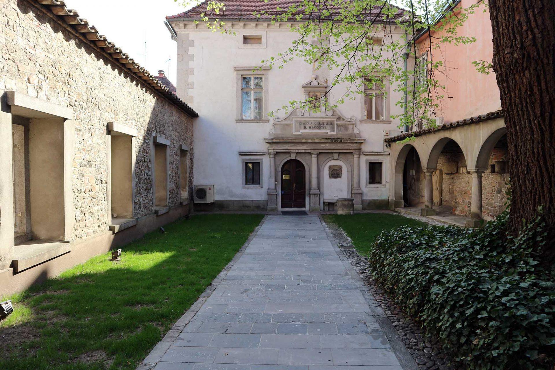 Križanke. Der Umbau des ehemaligen Deutschritterordensklosters zu einem Versammlungs- und Veranstaltungsort ist das letzte große Werk Plečniks (1952-1956). Er öffnete die ihn umschliessenden Steinmauern und machte die Anlage von außen einsehbar.