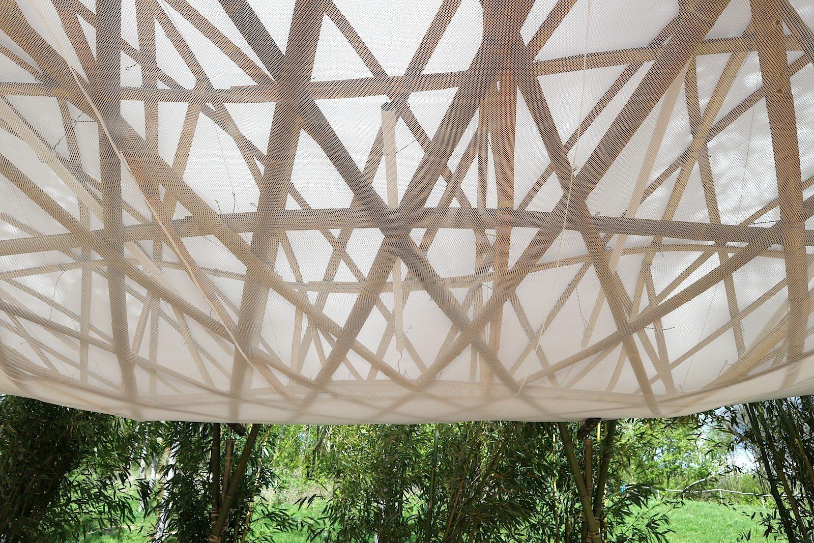Horizonte, Bambushain.  Das Bambusdach entstand im Rahmen des Projektes Naturell – Architektur im Dialog 2013 an der Villa Massimo. Das Dach besteht aus Bambusgeflecht mit Bambusstützen 9,50 Meter x 4,60 Meter. Die 11 Bambuspflanzen sind etwa 8 Meter hoch.