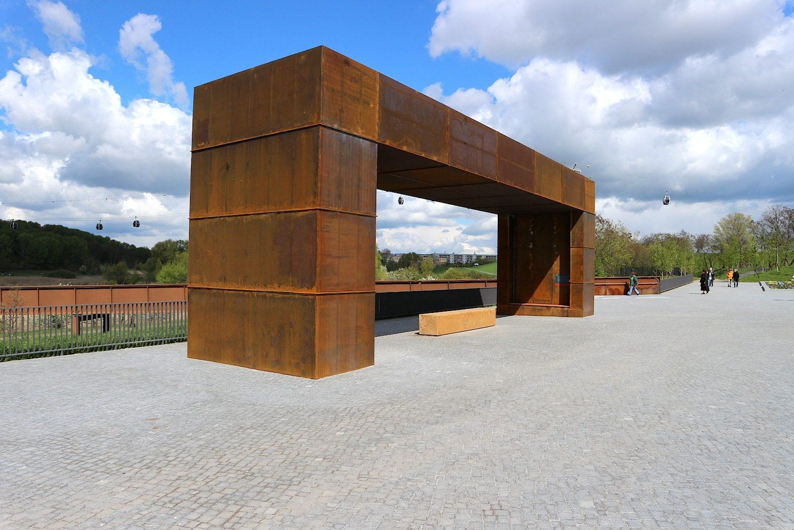 Belvedere. Belvedere (vom Italienischen bel vedere) steht für schöne Aussicht. Der 3,50 x 18 Meter große stählerne Rahmen lenkt den Blick wie durch ein Fenster.