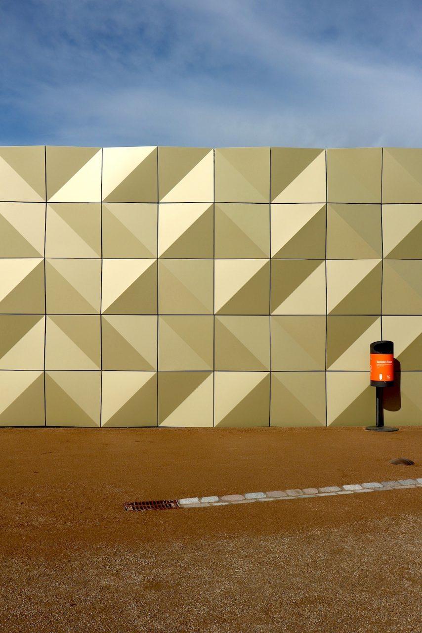 Informationszentrum Marzahn-Hellerdorf. Der Entwurf des Gebäudes stammt von Günter+Finkbeiner Gesellschaft von Architekten mbH. Die Fassade ist das markanteste Merkmal des bezirklichen Informationszentrums. Sie interpretiert das expressive Gestaltungsprinzip der Beton-Formsteinwände vieler Bauten der DDR-Architektur.