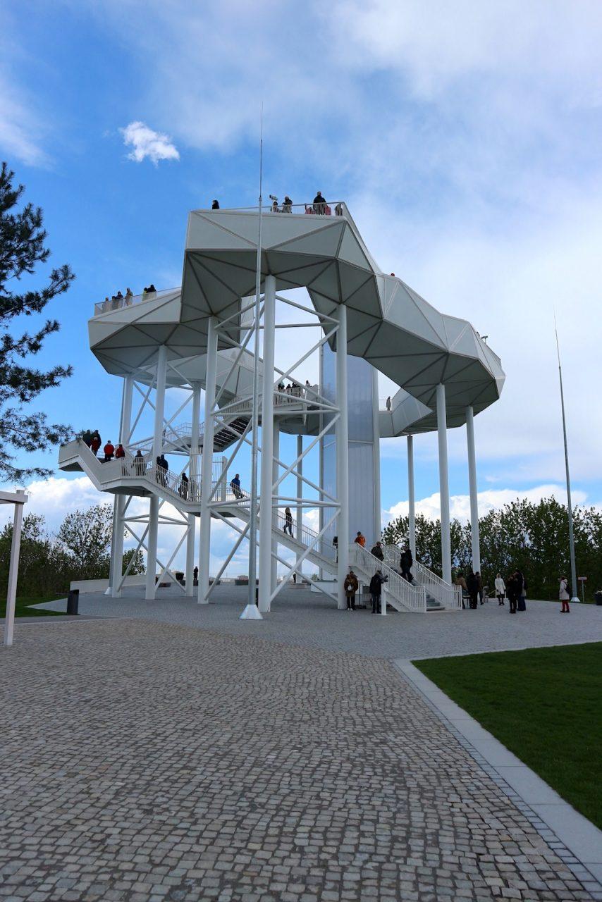 Wolkenhain.  Die Konstruktion besteht aus etwa 170 Stahlknoten, die die Verstrebung der Wolke zusammenhält.