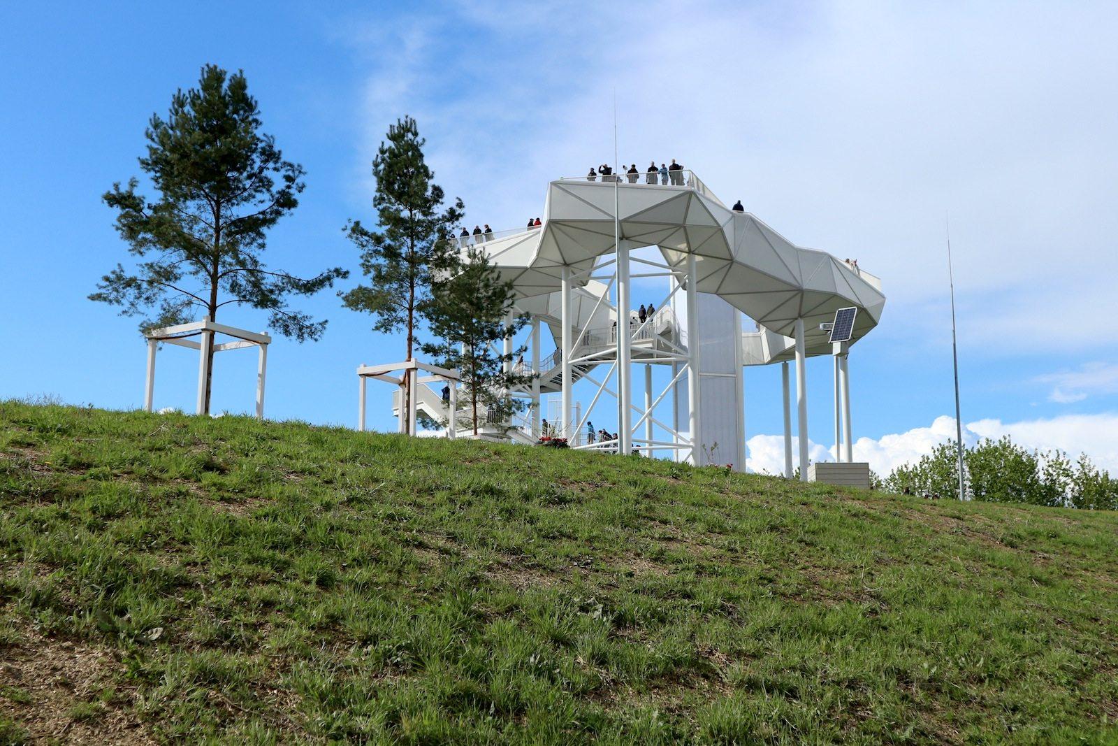 Wolkenhain.  Das Wahrzeichen ist einer Wolke nachempfunden und hohe Ingenieursbaukunst. Das ebenfalls von geskes.hack Landschaftsarchitekten, Kolb Ripke Architekten, VIC Brücken und Ingenieurbau geplante Aussichtsbauwerk ist weithin sichtbar und bietet selbst weite Rundumblicke.