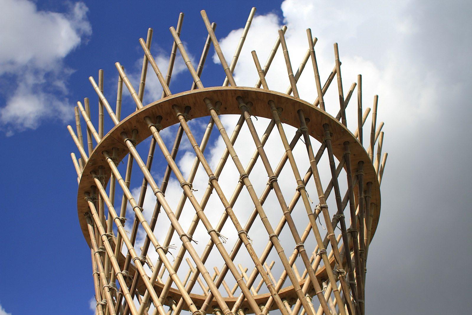 Horizonte, Bambushain. Zukunft, grünes Denken und Handeln und Nachhaltigkeit: der Sonderausstellungsbereich Horizonte in den Kienbergterrassen geht diesen Fragen nach. Ausgewählte Projekte aus Ernährung, Urban Tech und Architektur präsentieren auf der oberen Ebene der Terrassen innovative Vorschläge und Herangehensweisen. Das Projekt Bambuswelten zeigt die Potentiale des Rohstoffs Bambus und der aus ihr gewonnenen Materialien. Denn Bambus wächst schnell und wird als Schlüsselressource für eine globale, postfossile Gesellschaft gesehen. Torre di Bambù ist 8 Meter hoch und hat 128 Bambusstäbe. Die Gesamtlänge der Bambusrohre beträgt 600 Meter.