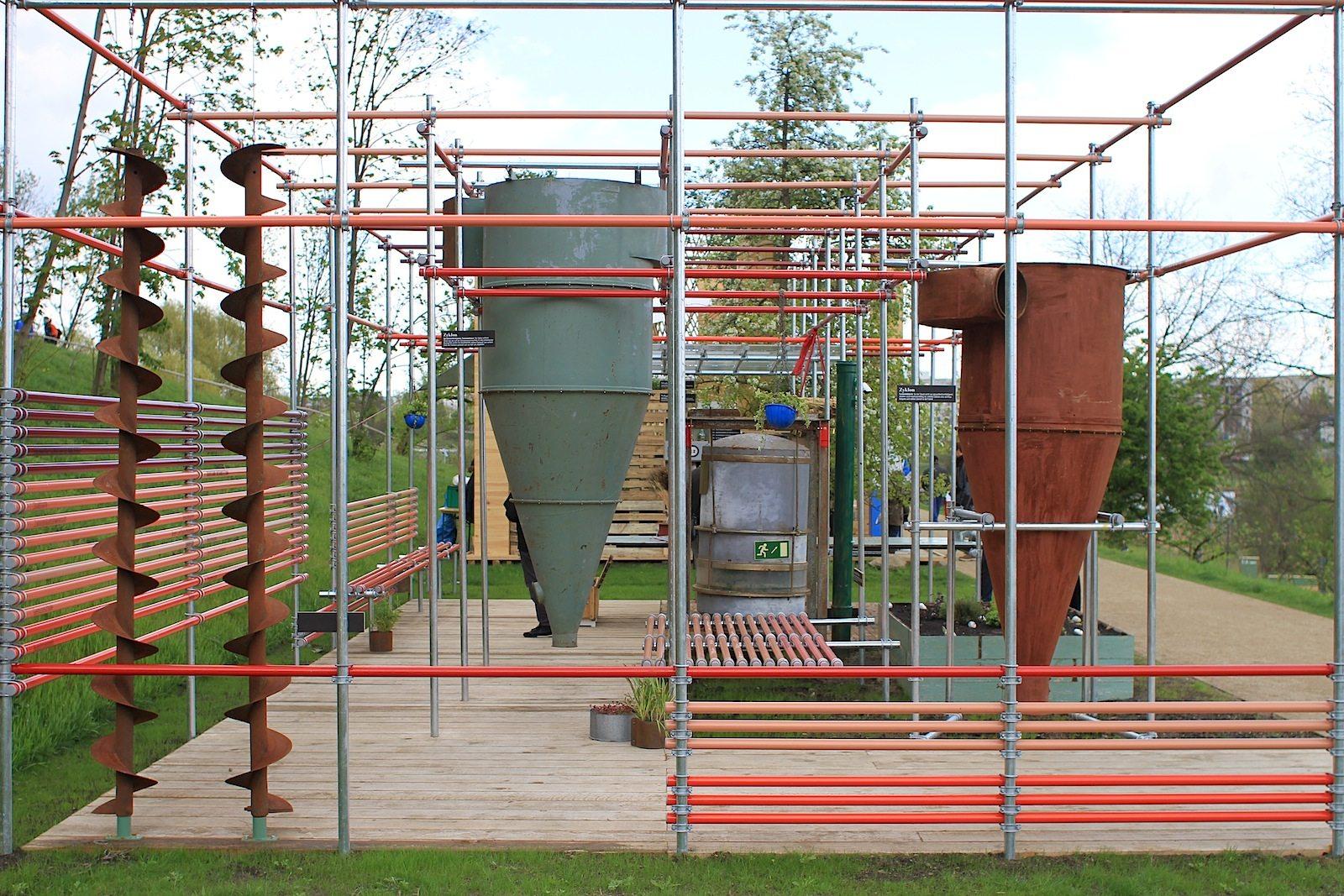 Horizonte, Malzfabrik.  ... Anlässlich des 100-jährigen Bestehens des Denkmals zeigt sich die Malzfabrik auf der IGA mit einem Schaugarten der Kreativität, Kultur und Nachhaltigkeit. Besonders gelungen: das Gerüstkonstrukt.