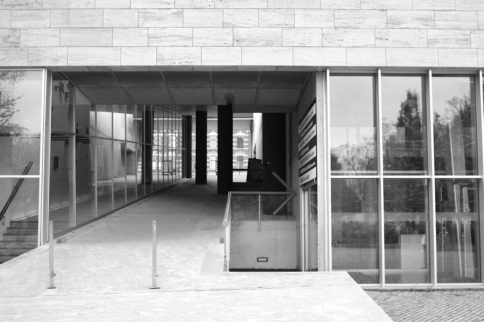 Kunsthal Rotterdam.  ... zum Norden hin senkt sich das Gebäude auf Höhe des Museumsparks.